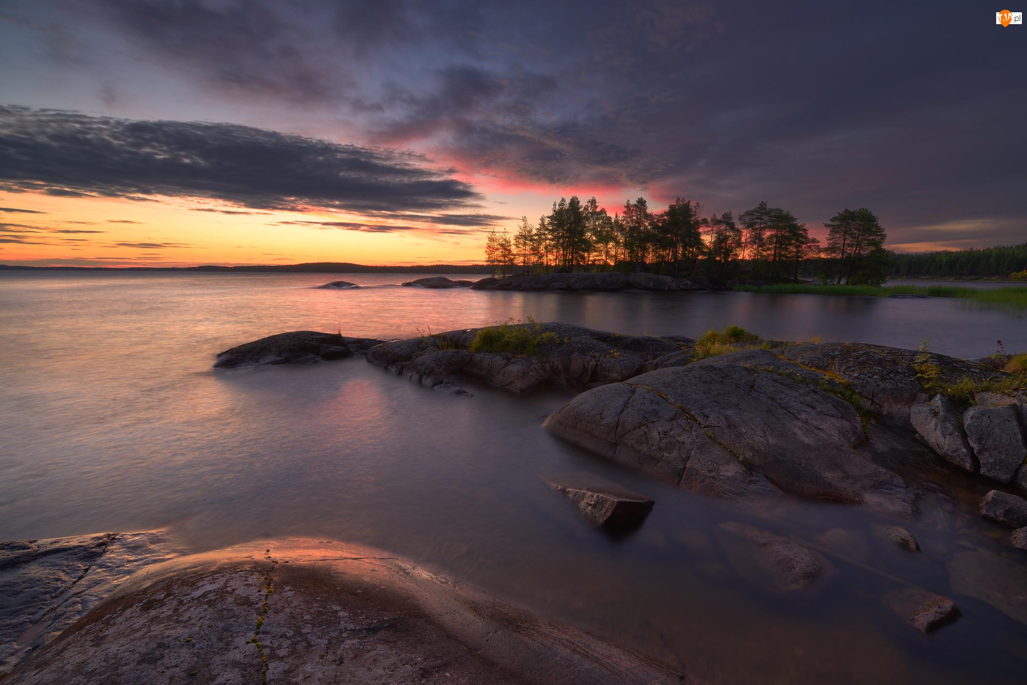 Skały, Drzewa, Rosja, Jezioro Onega, Karelia, Zachód słońca, Chmury