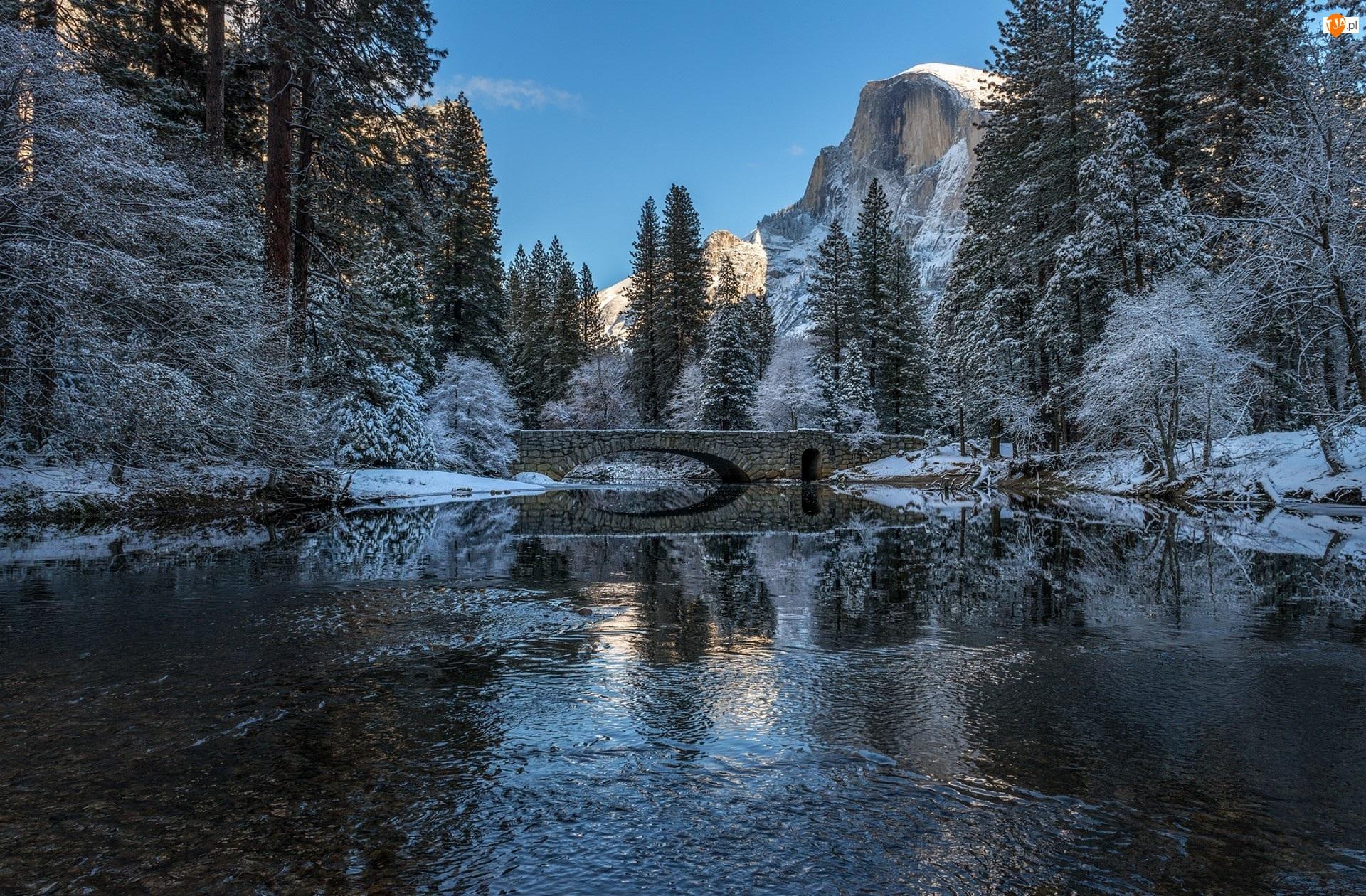 Stany Zjednoczone, Zima, Stan Kalifornia, Most, Drzewa, Góry, Szczyt El Capitan, Park Narodowy Yosemite, Rzeka Merced River
