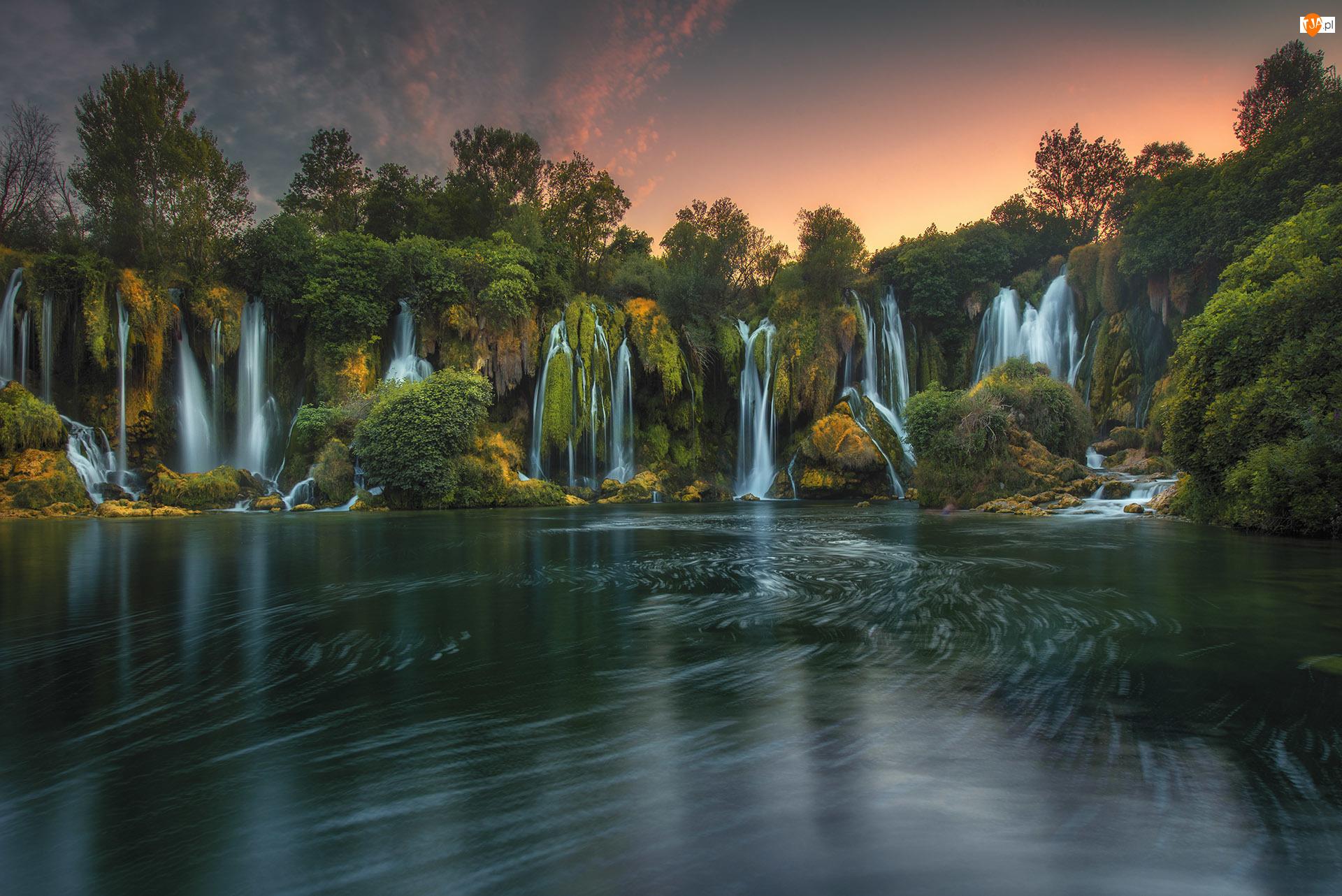 Rzeka Trebizat, Drzewa, Bośnia i Hercegowina, Wodospady Kravica, Zachód słońca, Skały, Roślinność