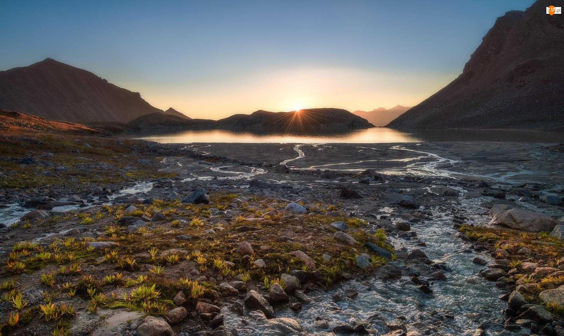 Jezioro Syltrankel, Promienie słońca, Rosja, Góry, Kabardo-Bałkaria, Region Elbrus, Kamienie