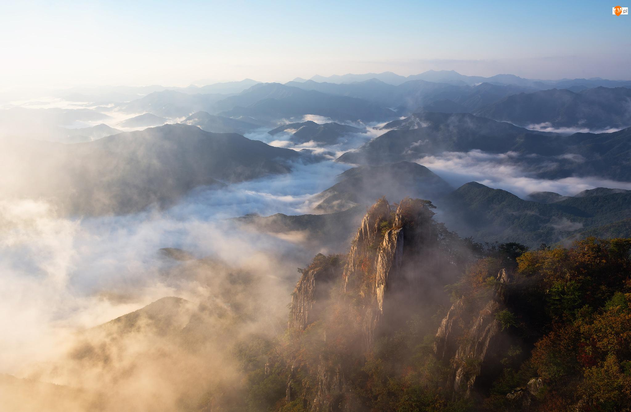 Skały, Wierzchołki, Park prowincjonalny Daedunsan, Prowincja Jeolla Północna, Góry, Drzewa, Korea Południowa, Mgła