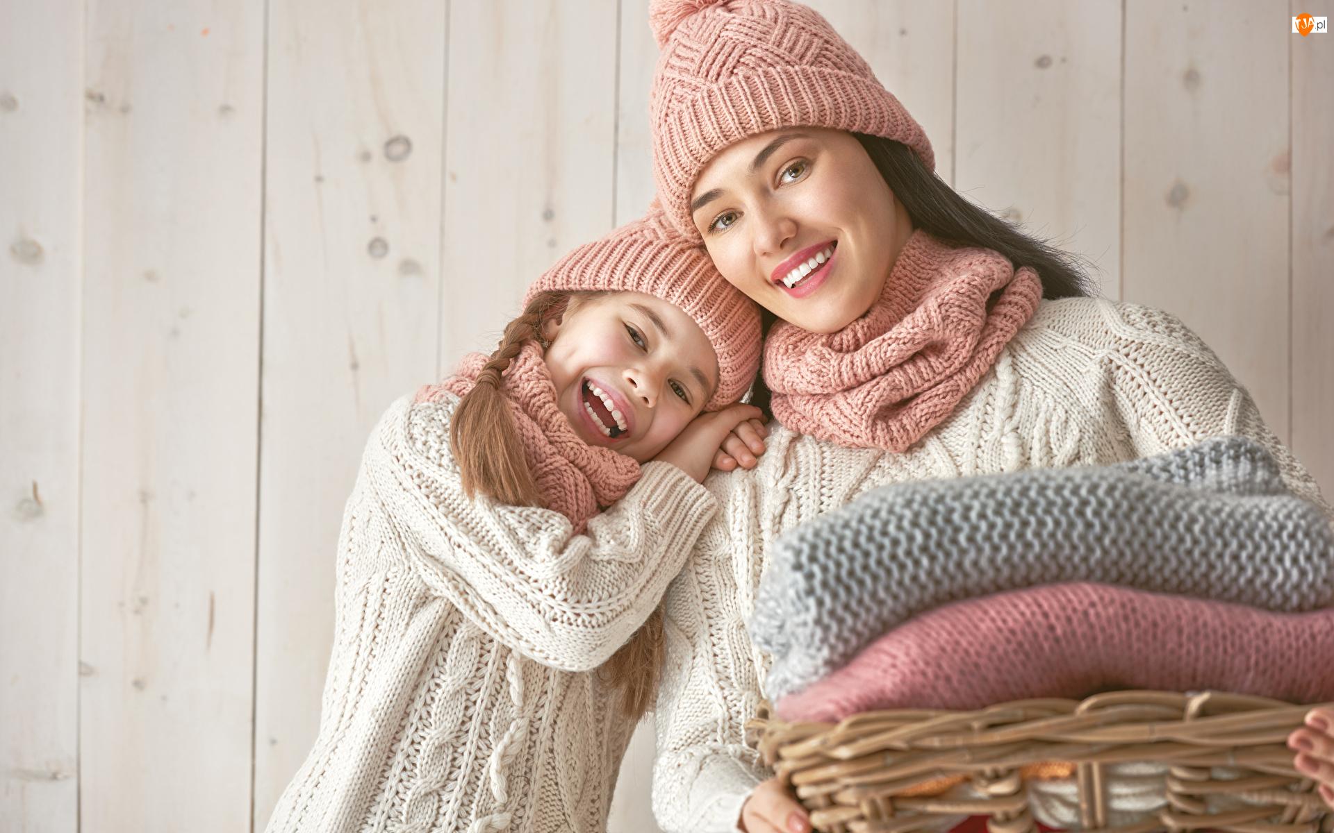 Swetry, Kobieta, Czapki, Kosz, Dzianina, Radosne, Dziecko, Dziewczynka, Szaliki, Uśmiechy, Deski, Córka, Mama