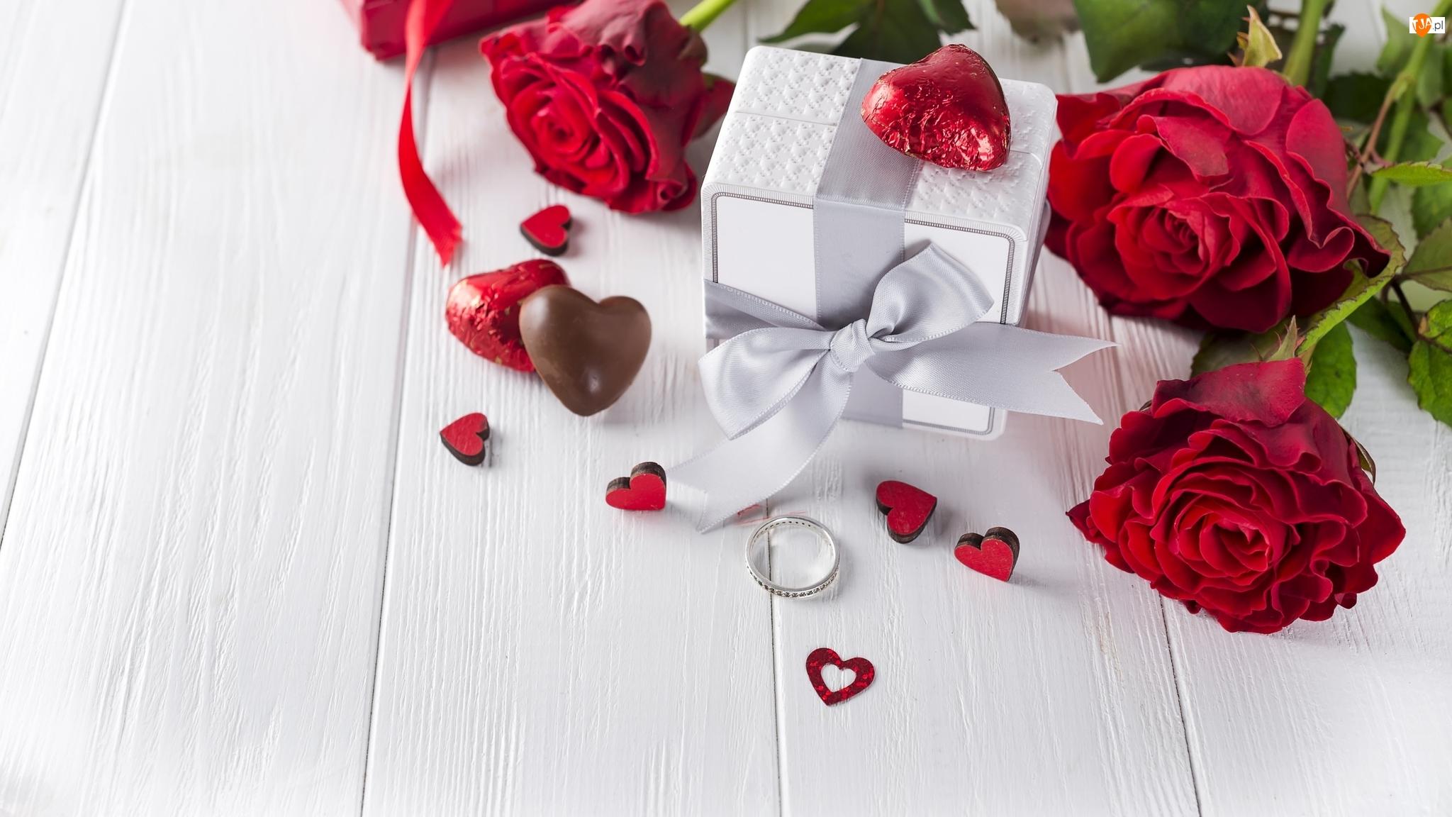 Róże, Prezent, Serduszka, Walentynki, Czekoladki, Pierścionek