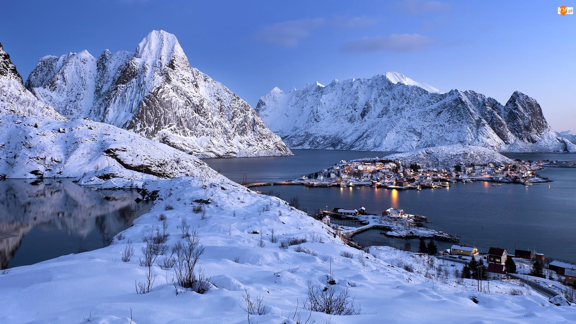 Lofoty, Wyspa Moskenesoya, Góry, Norwegia, Domy, Morze Norweskie Zima, Wieś Reine