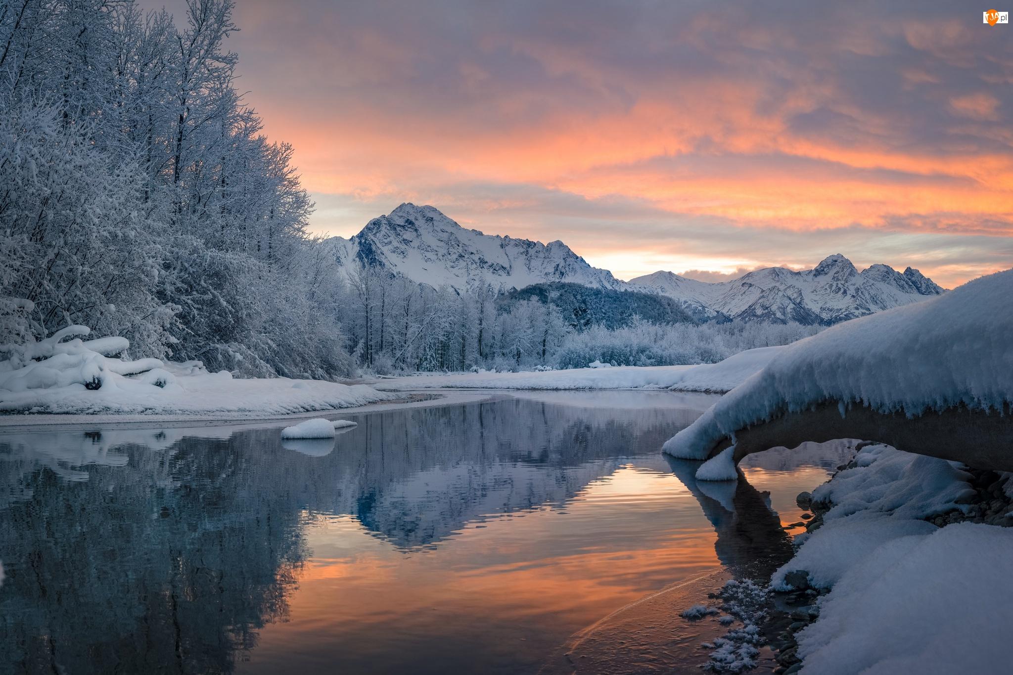 Góry, Zima, Drzewa, Zachód słońca, Rzeka, Chmury