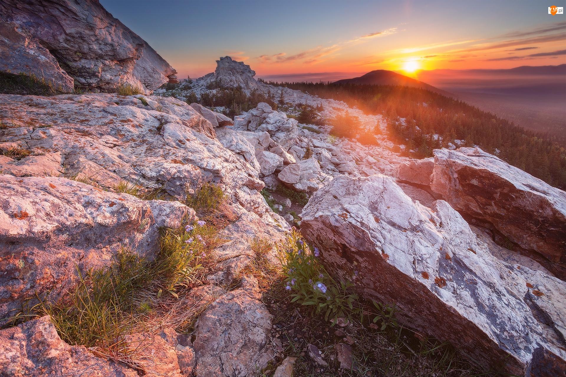 Południowy Ural, Skały, Rosja, Góry Ural, Obwód czelabiński, Park Narodowy Ziuratkul, Wschód słońca