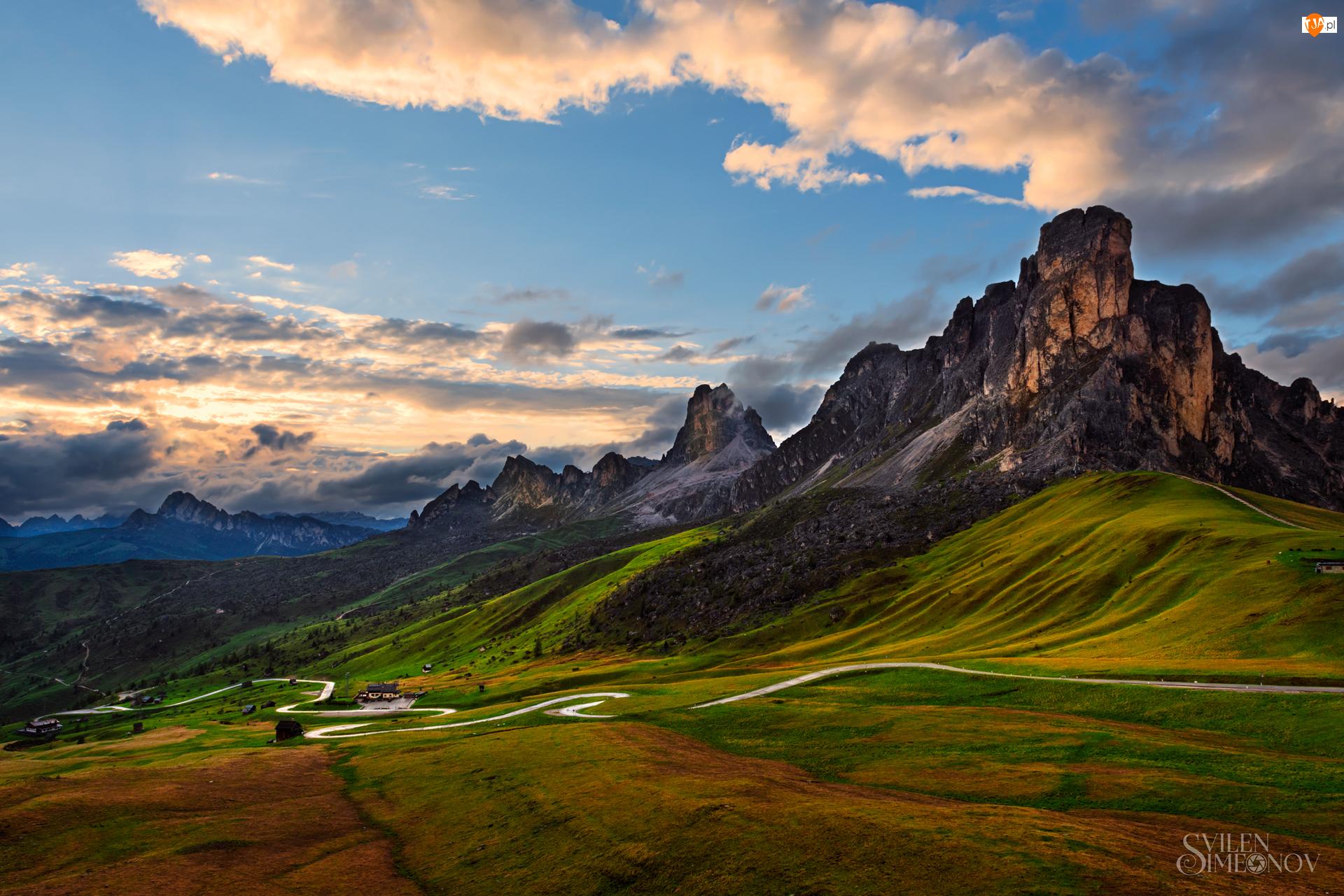 Włochy, Passo di Giau, Prowincja Belluno, Łąka, Chmury, Góry, Wzgórza, Dolomity, Droga