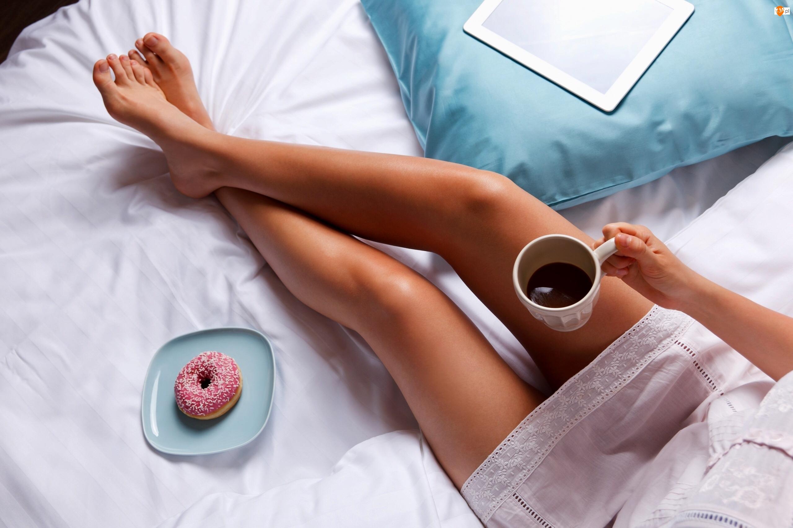 Kubek Z Kawą W Dłoni Kobiety Siedzącej Na łóżku