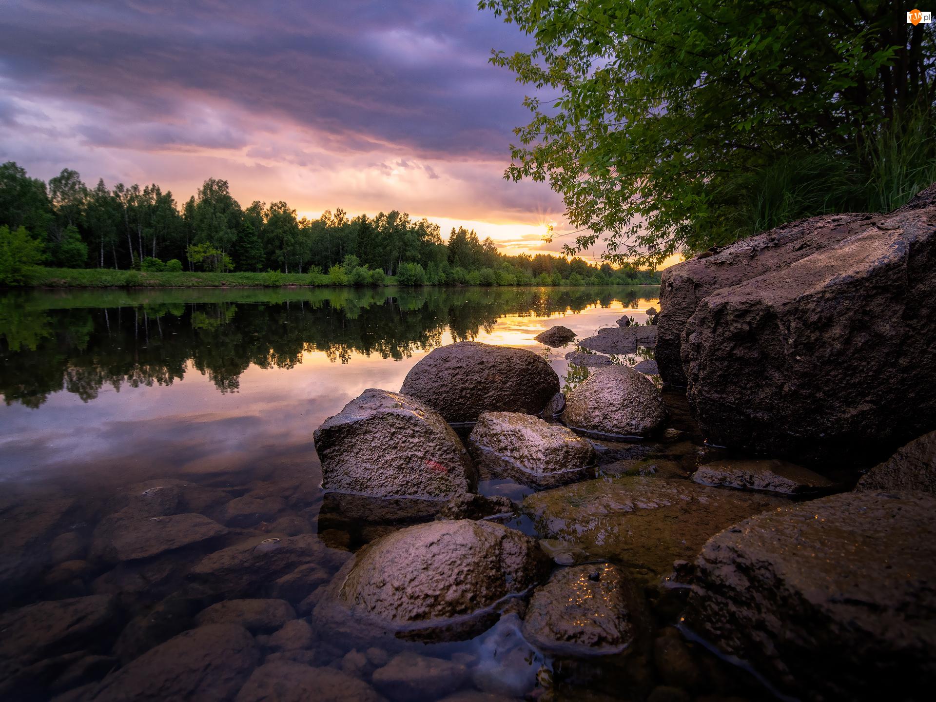 Chmury, Drzewa, Kamienie, Rzeka, Wschód słońca