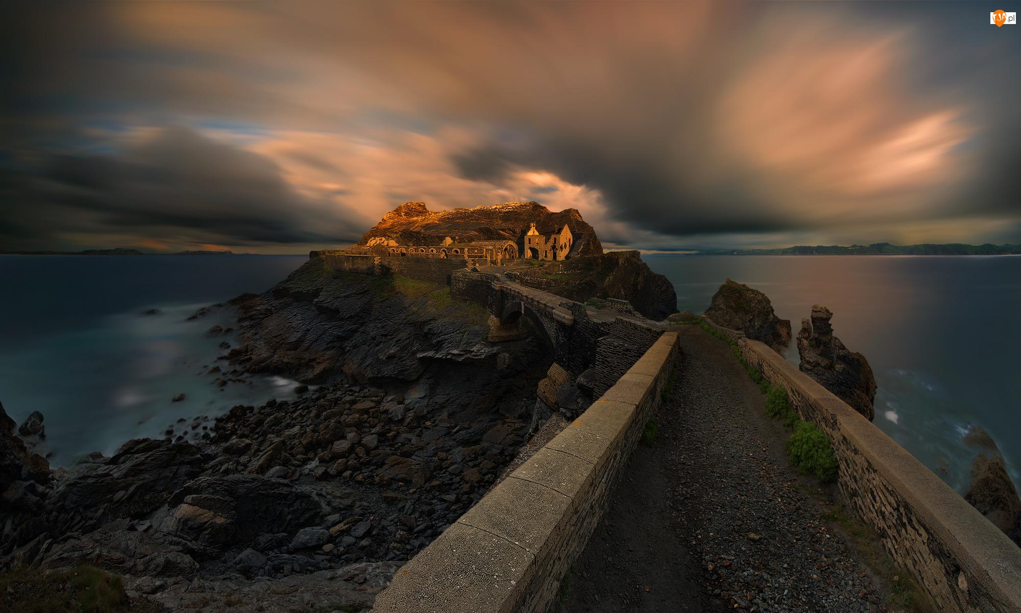 Miejscowość Crozon, Fort des Capucins, Wyspa Kapucynów, Bretania, Morze, Ilot des Capucins, Francja, Chmury
