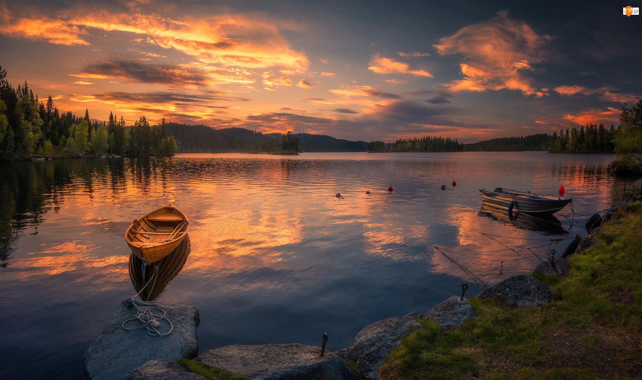 Drzewa, Norwegia, Łódki, Chmury, Ringerike, Brzeg, Zachód słońca, Jezioro