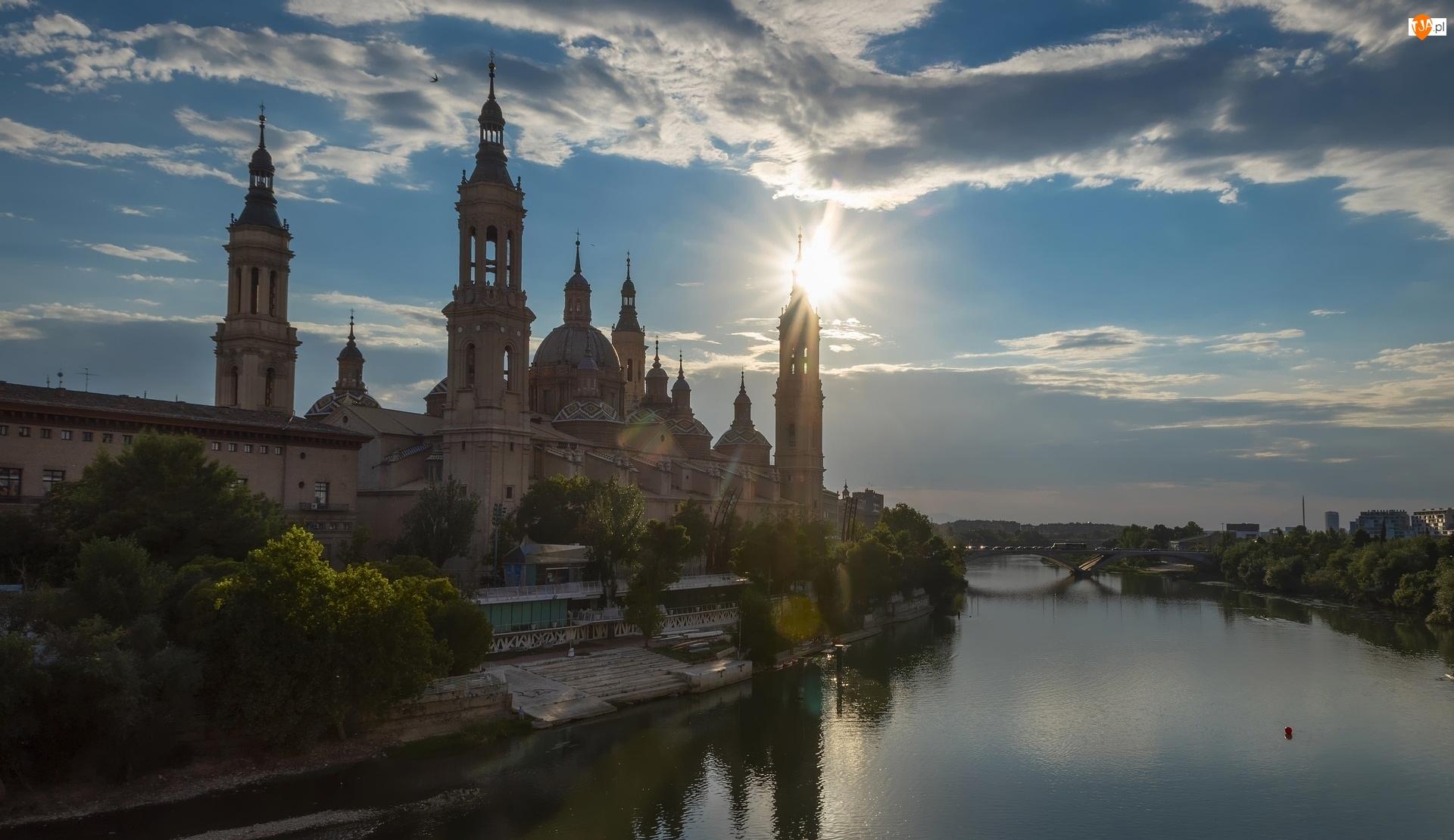 Rzeka Ebro, Bazylika Nuestra Senora del Pilar, Most, Hiszpania, Promienie słońca, Saragossa
