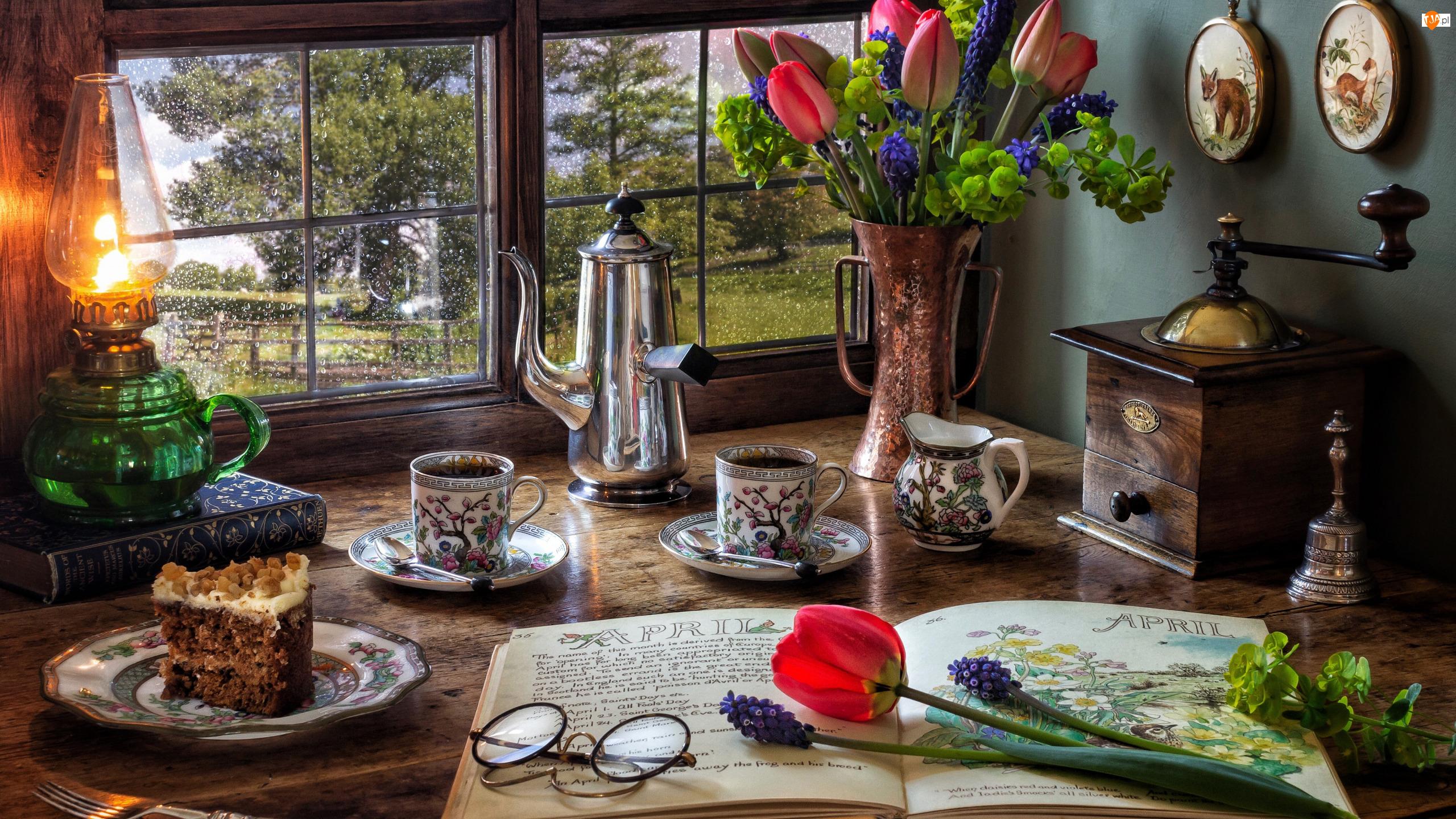 Książka, Tulipany, Kawa, Okulary, Lampa naftowa, Ciasto, Okno, Młynek