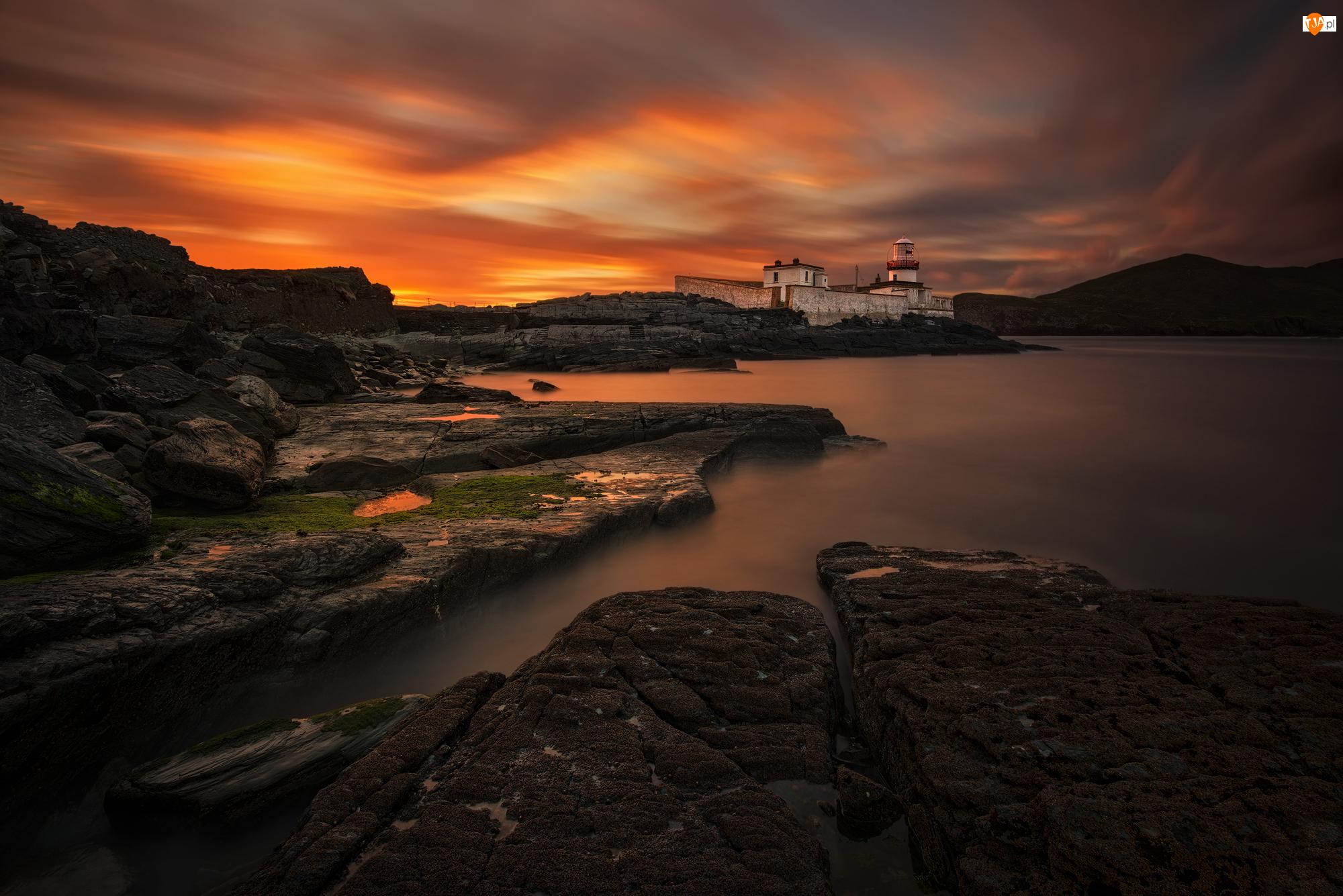 Latarnia morska Cromwell Point, Skały, Irlandia, Morze, Hrabstwo Kerry, Wyspa Valentia, Zachód słońca