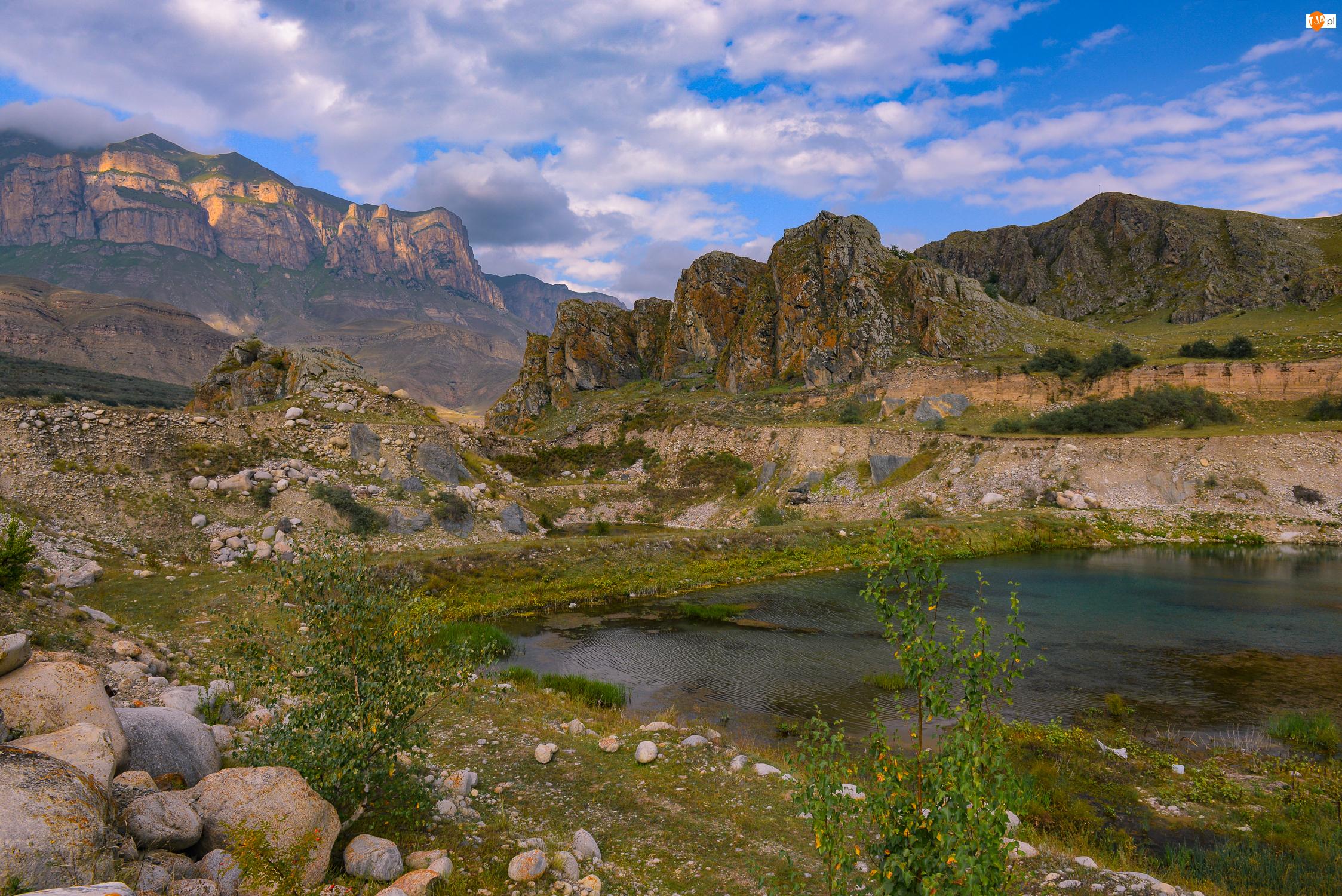 Jezioro, Trawa, Chmury, Góry, Skały, Kamienie, Drzewa