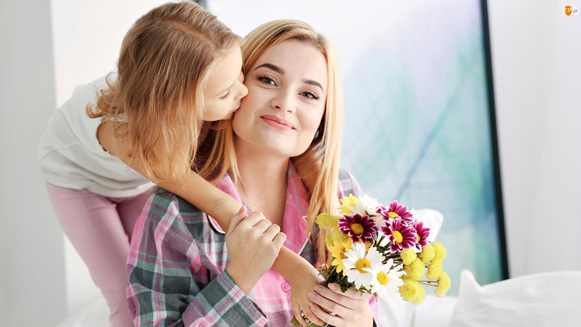Dziewczynka, Mama, Pocałunek, Kobieta, Kwiaty, Bukiet, Córka