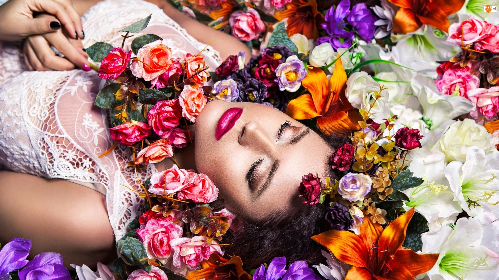 Kobieta, Szatynka, Kwiaty, Śpiąca, Bluzka, Biała, Koronkowa
