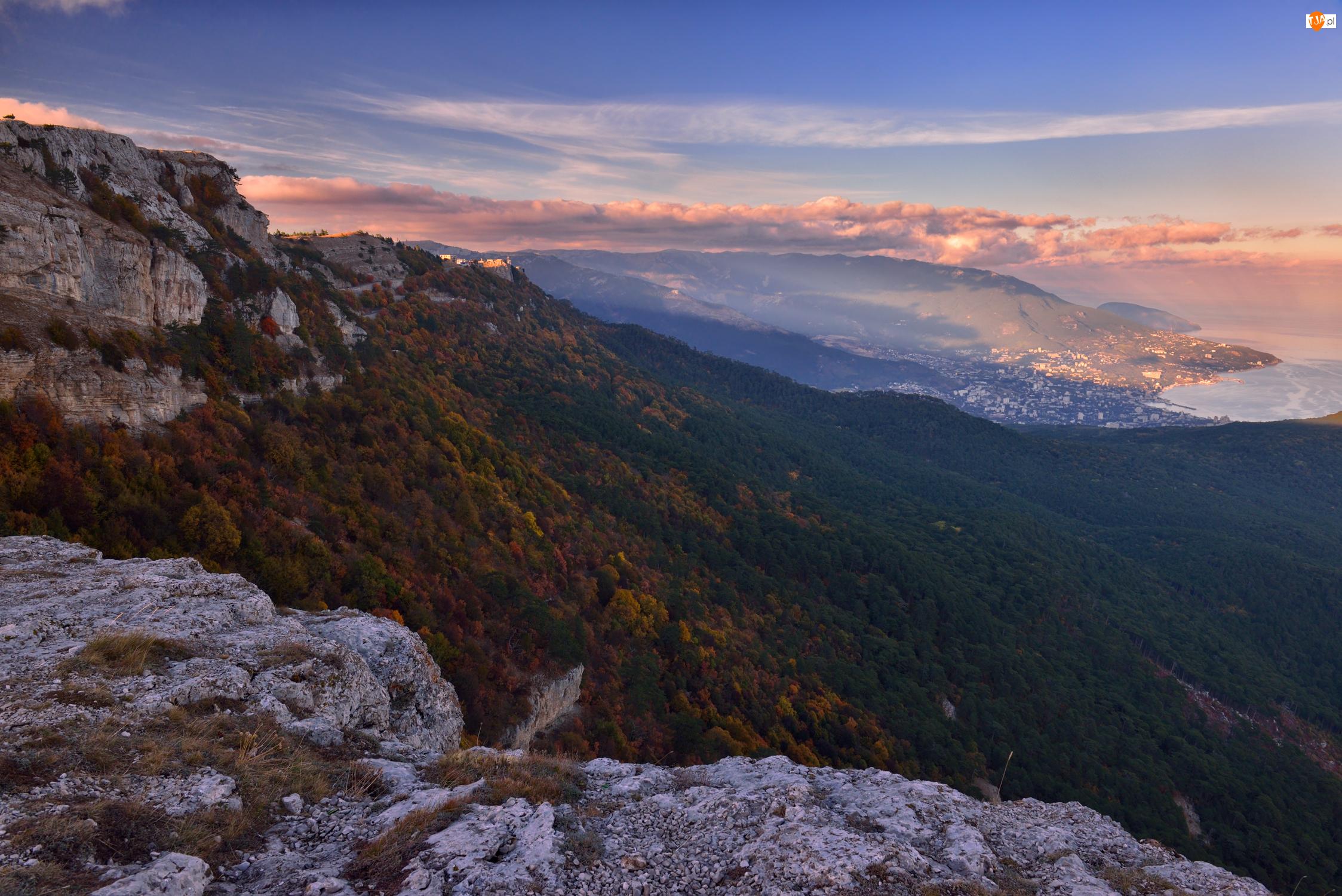 Skały, Góry, Zbocze, Chmury, Zalesione, Drzewa