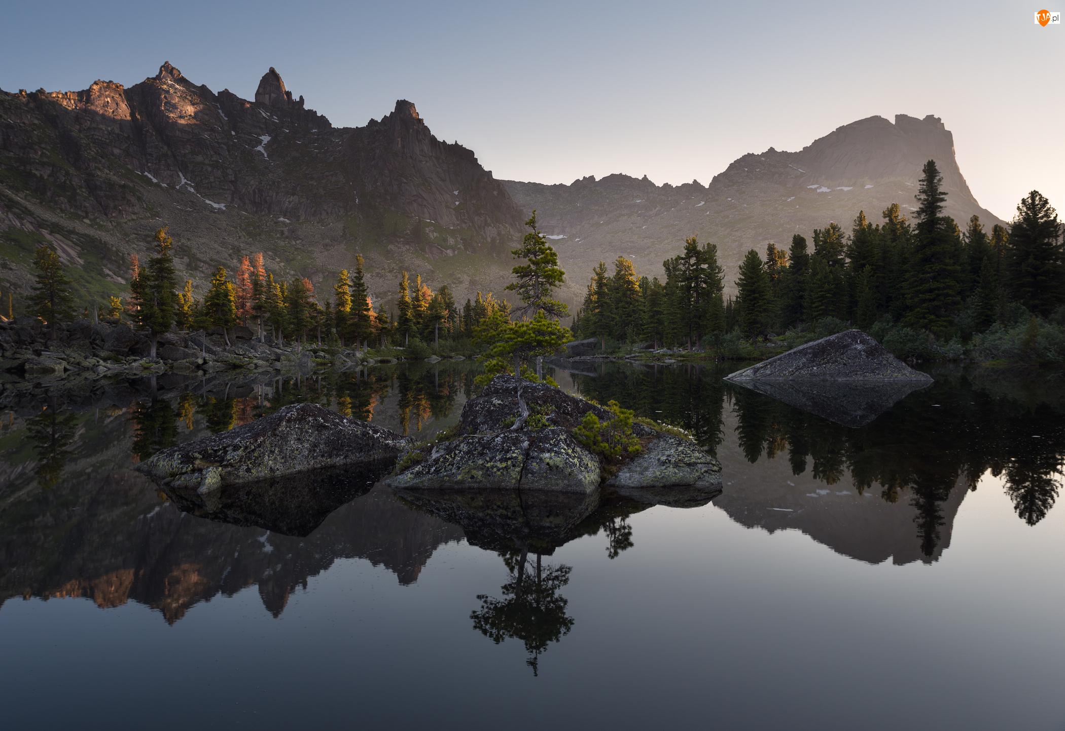Jezioro, Góry, Drzewa, Odbicie, Skały, Świerki