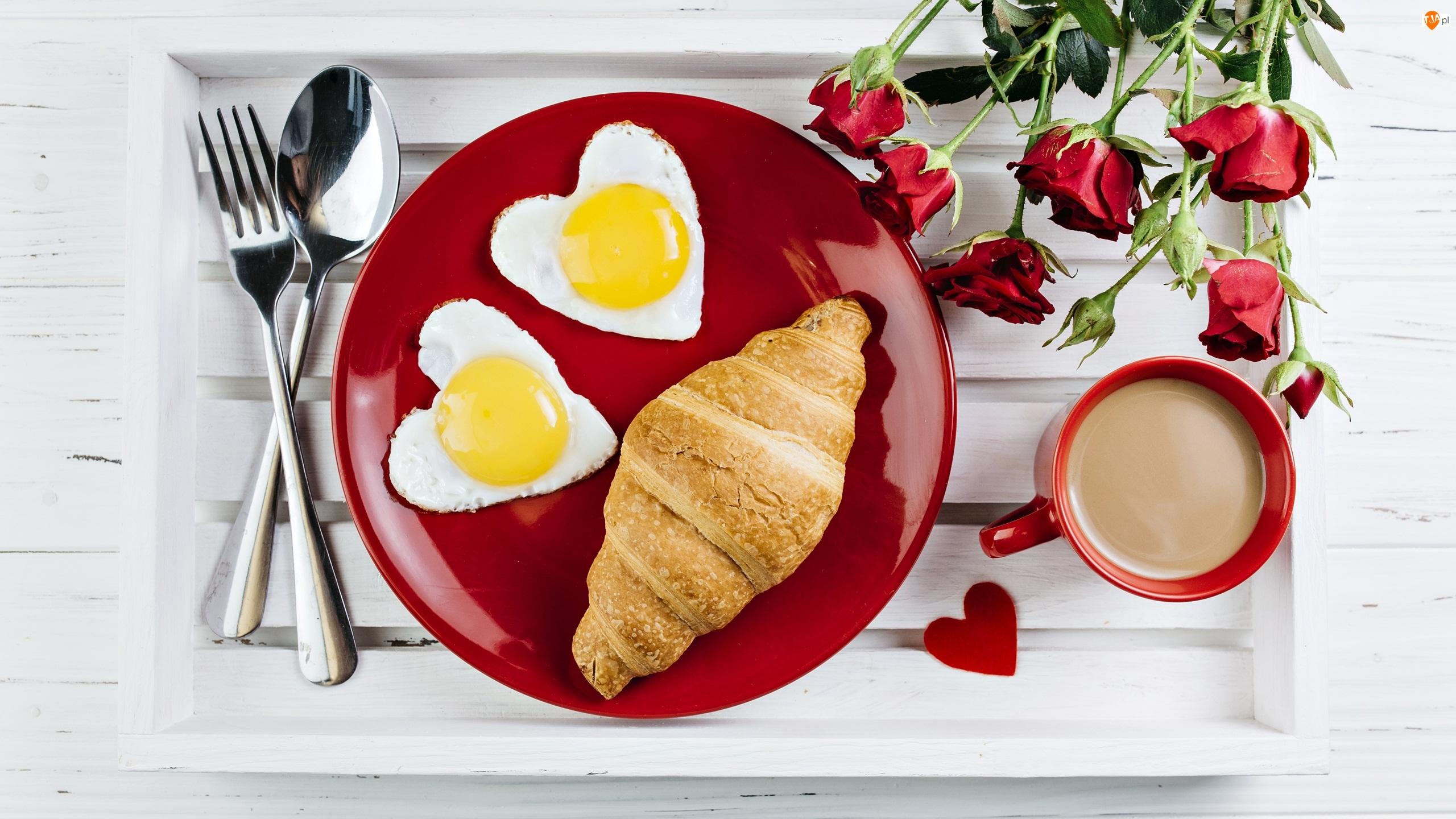 Śniadanie, Sztućce, Taca, Róże, Croissant, Rogal, Serca, Jajka sadzone, Kawa, Walentynki
