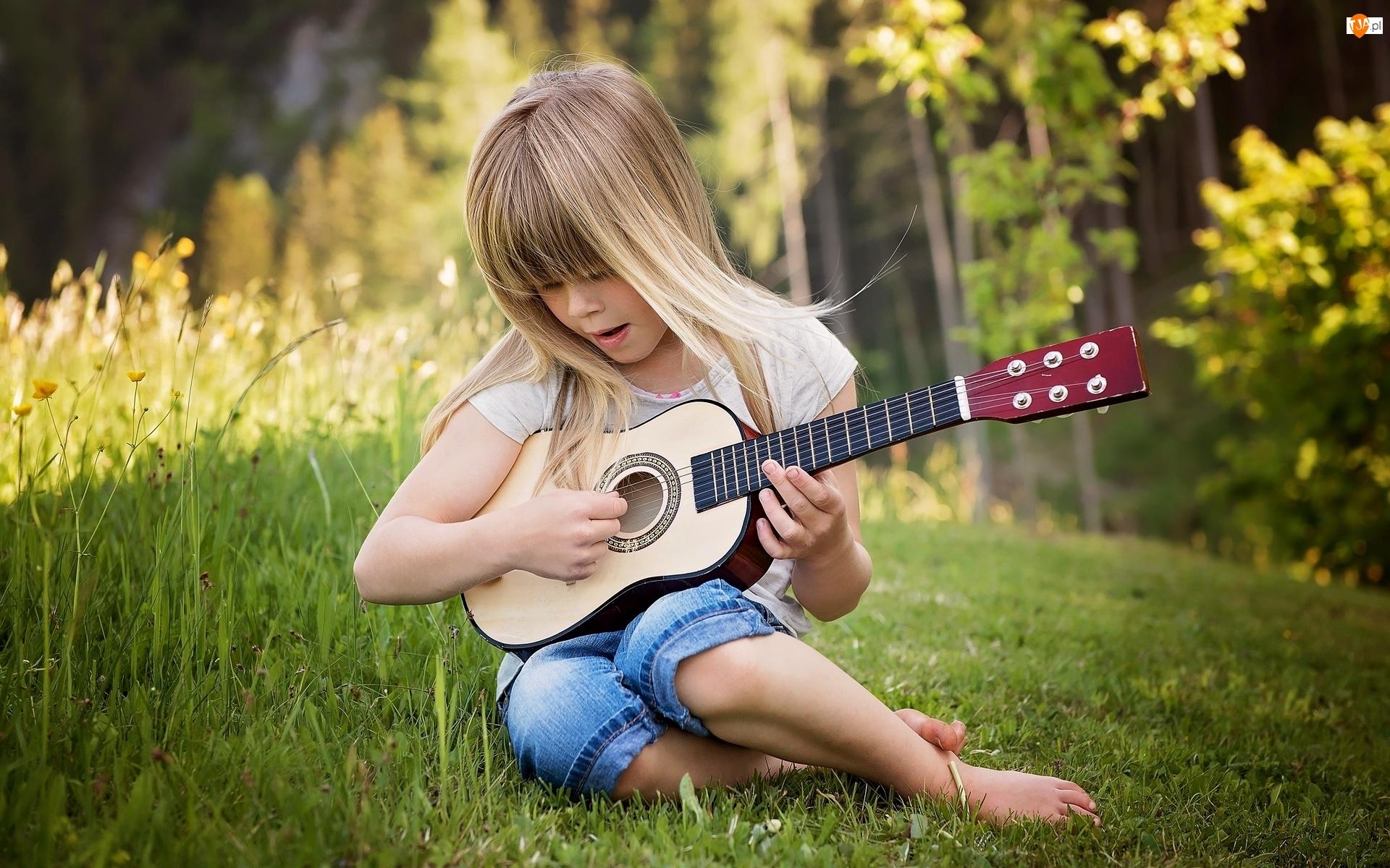 Gitara, Dziewczynka, Łąka