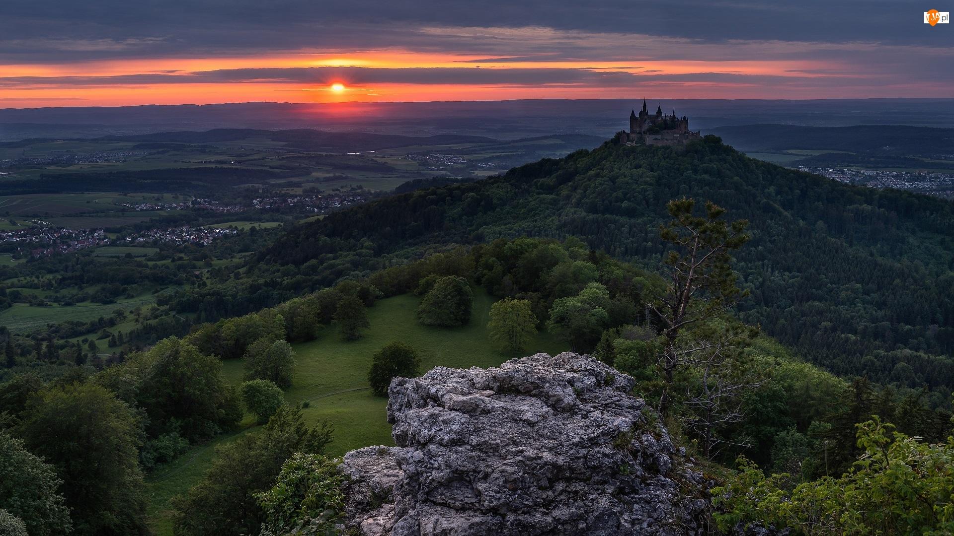Kamień, Drzewa, Chmury, Las, Badenia-Wirtembergia, Niemcy, Zamek Hohenzollern, Góra Hohenzollern, Zachód słońca, Wzgórza