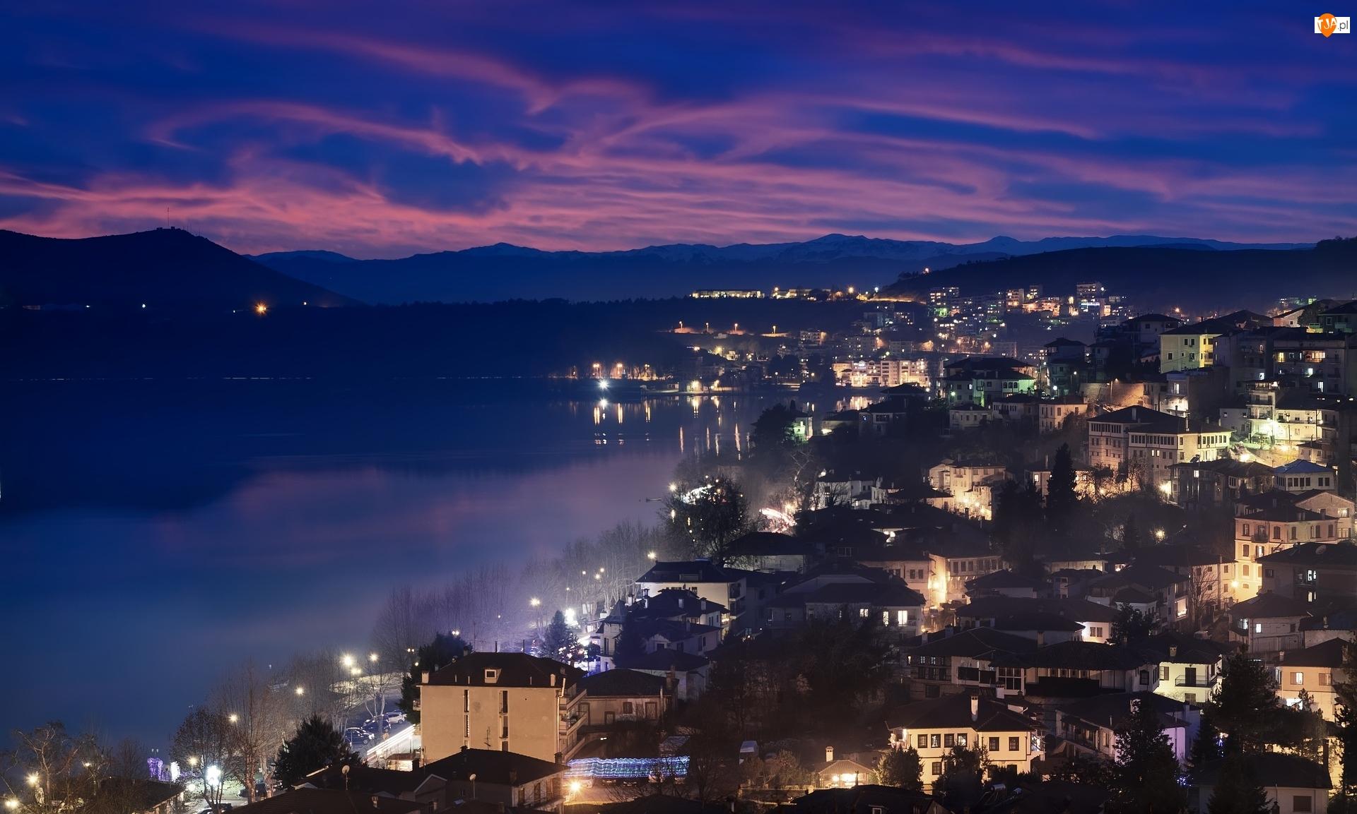 Grecja, Góry, Macedonia Zachodnia, Domy, Kastoria, Zmierzch, Zachód słońca, Jezioro Kastoria, Oświetlone