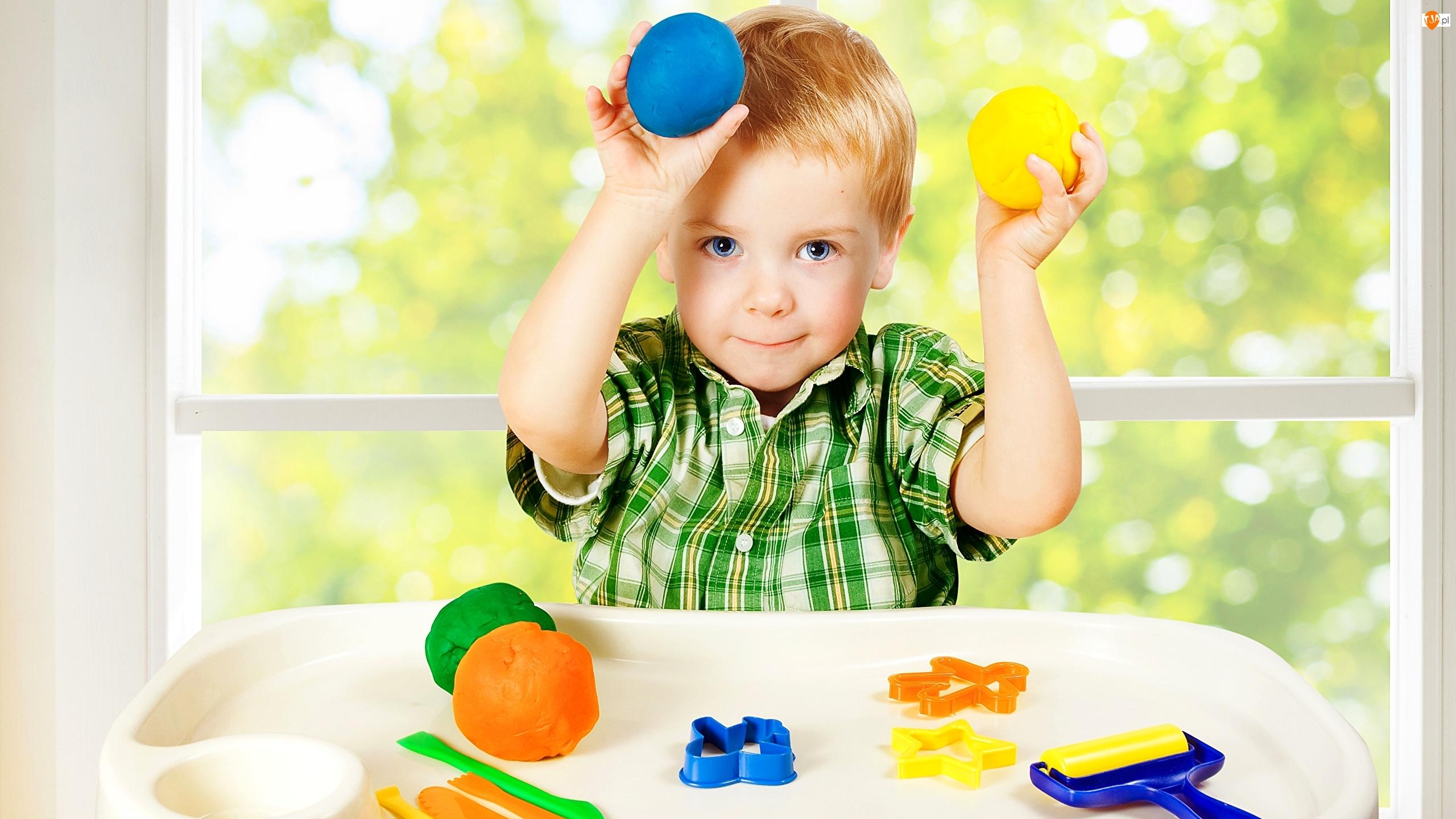 Zabawa, Chłopiec, Okno, Kulki, Foremki, Stolik, Ciastolina, Dziecko, Kolorowe