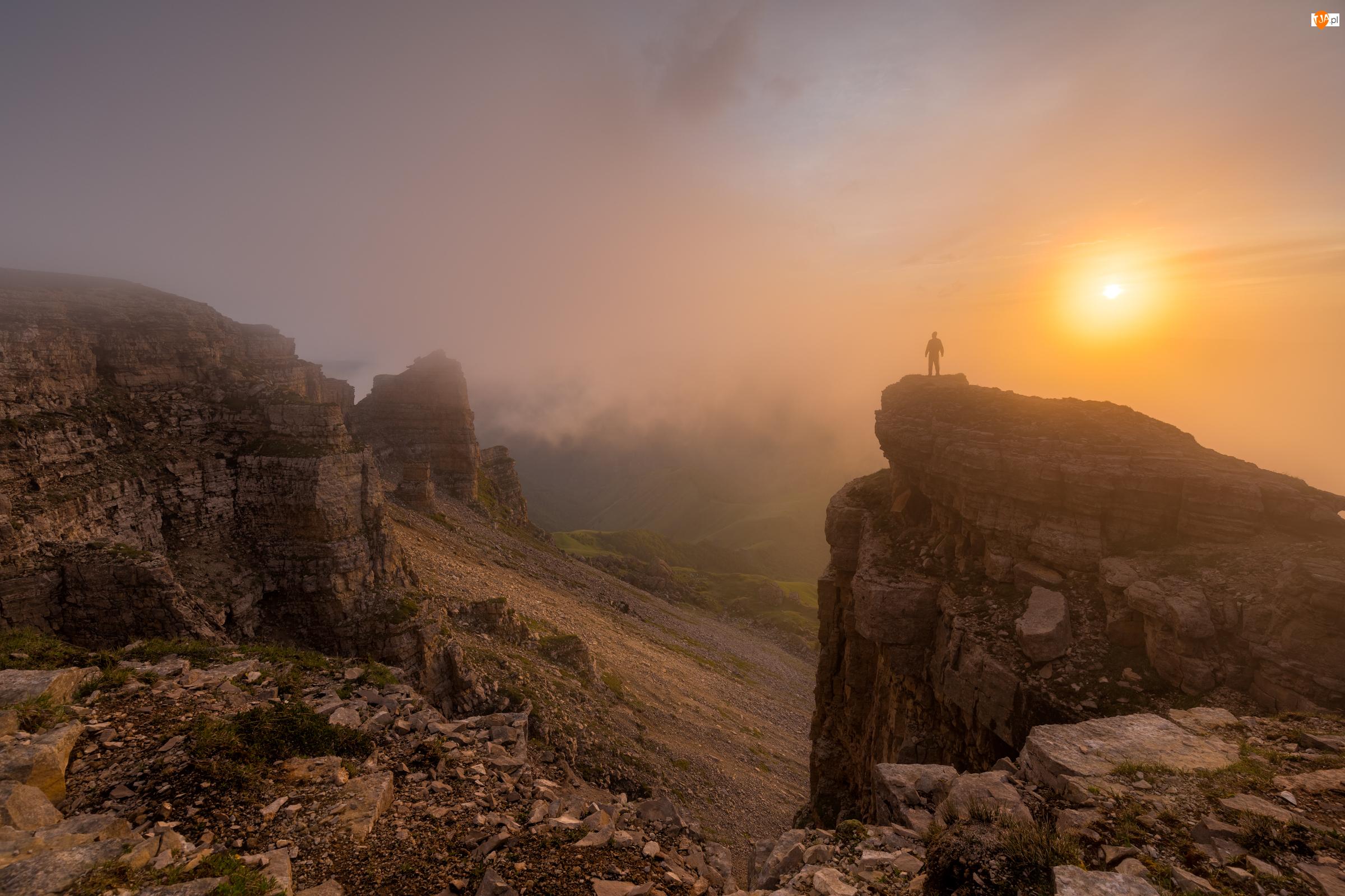 Rosja, Kaukaz, Republika Karaczajo-Czerkiesja, Promienie słońca, Płaskowyż Bermamyt, Skały, Mgła, Góry, Człowiek