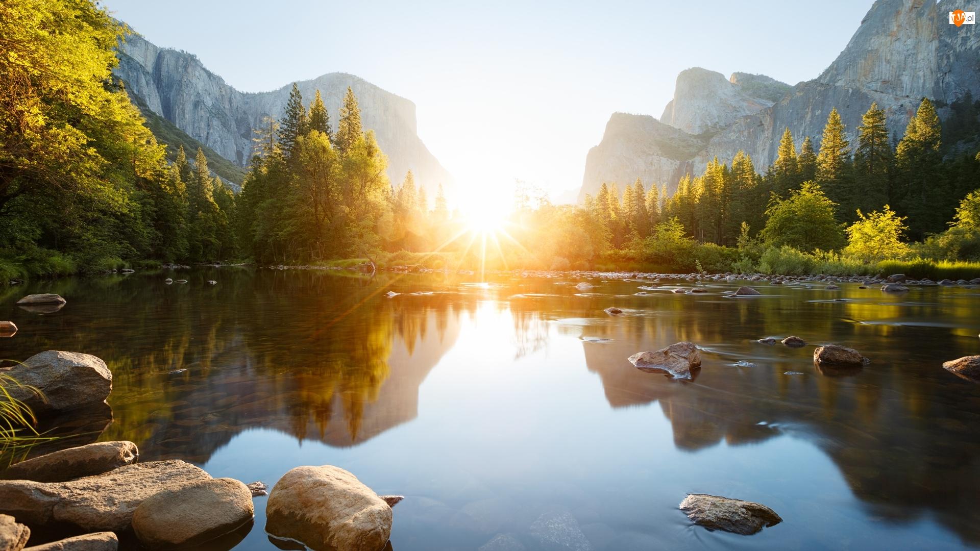 Drzewa, Park Narodowy Yosemite, Kamienie, Kalifornia, Góry, Wschód słońca, Stany Zjednoczone, Rzeka Merced