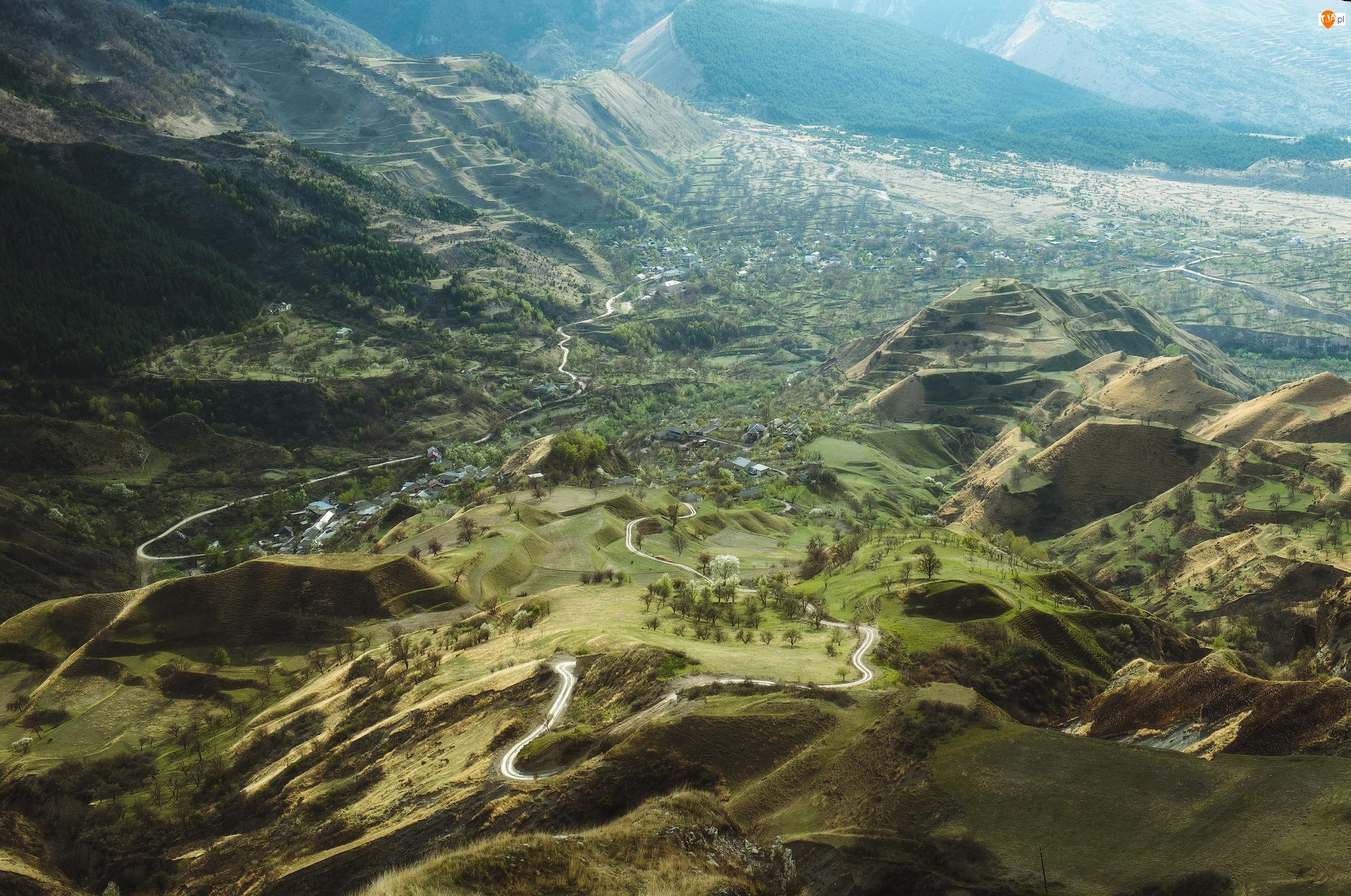Rosja, Kaukaz, Republika Dagestanu, Wieś, Amishta, Wzgórza, Droga, Góry, Dolina