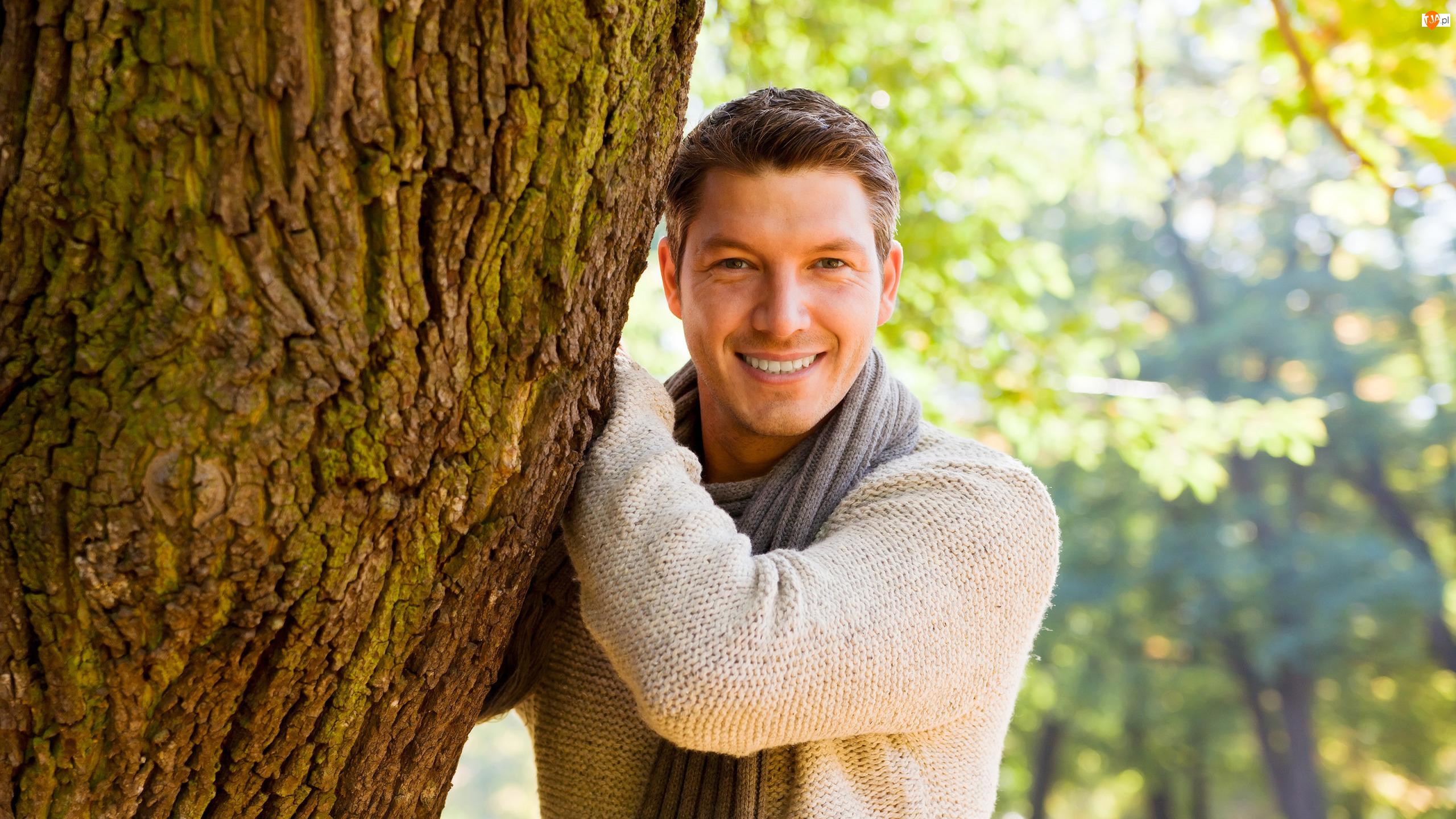 Drzewo, Mężczyzna, Uśmiech, Szalik