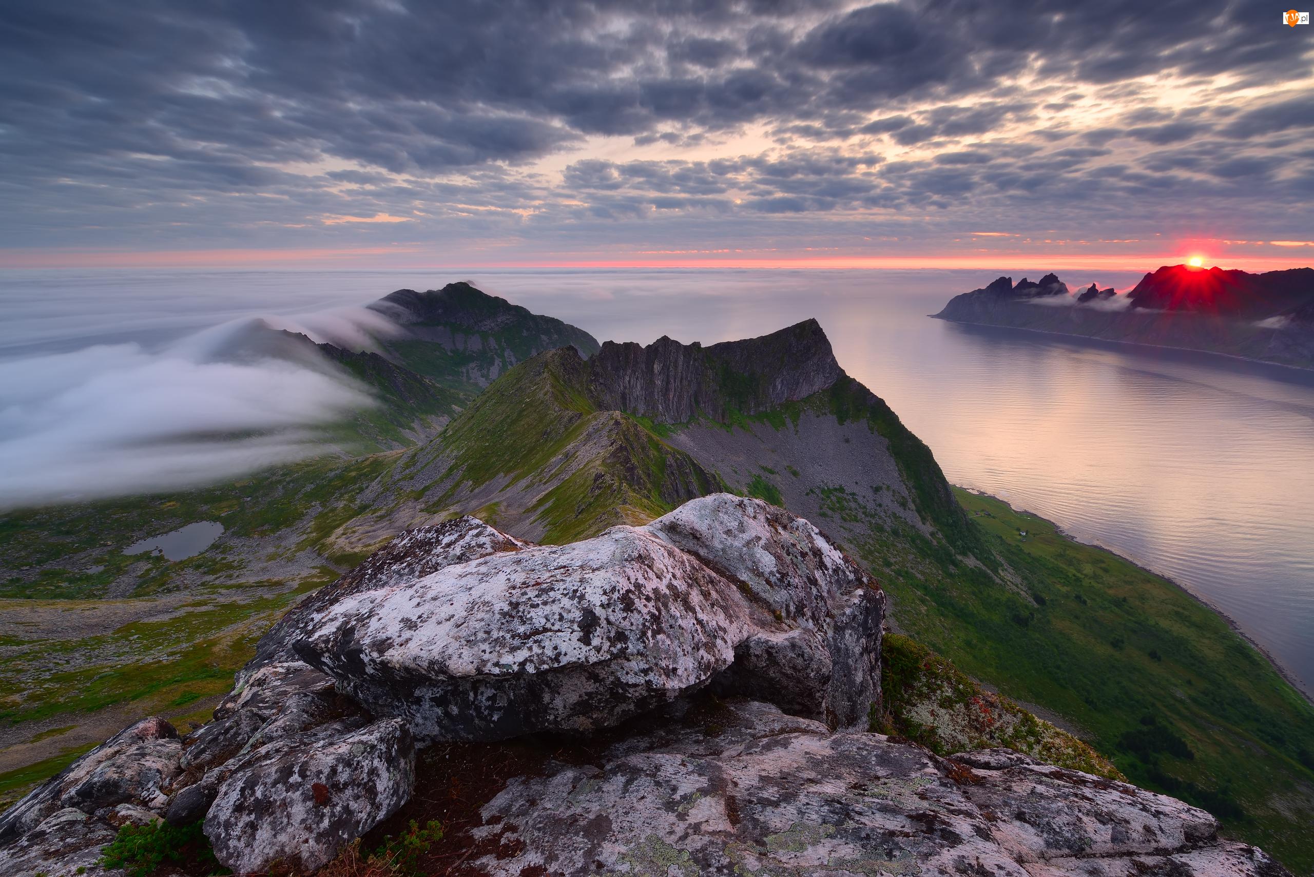 Mgła, Wschód słońca, Skały, Wyspa Senja, Morze, Szczyt Husfjellet, Norwegia, Góry