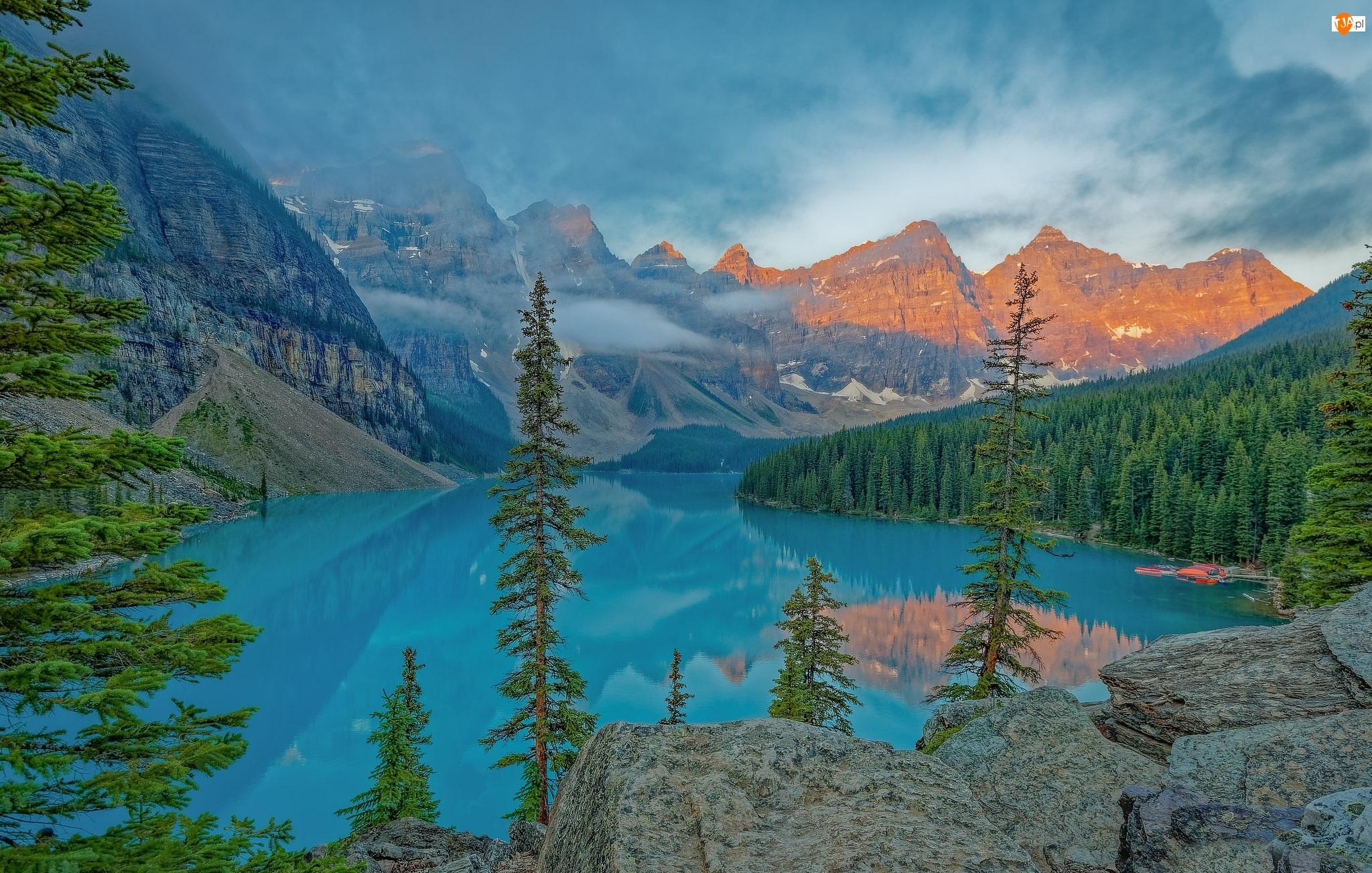 Skały, Park Narodowy Banff, Jezioro Moraine, Prowincja Alberta, Dolina Dziesięciu Szczytów, Świerki, Kanada, Góry