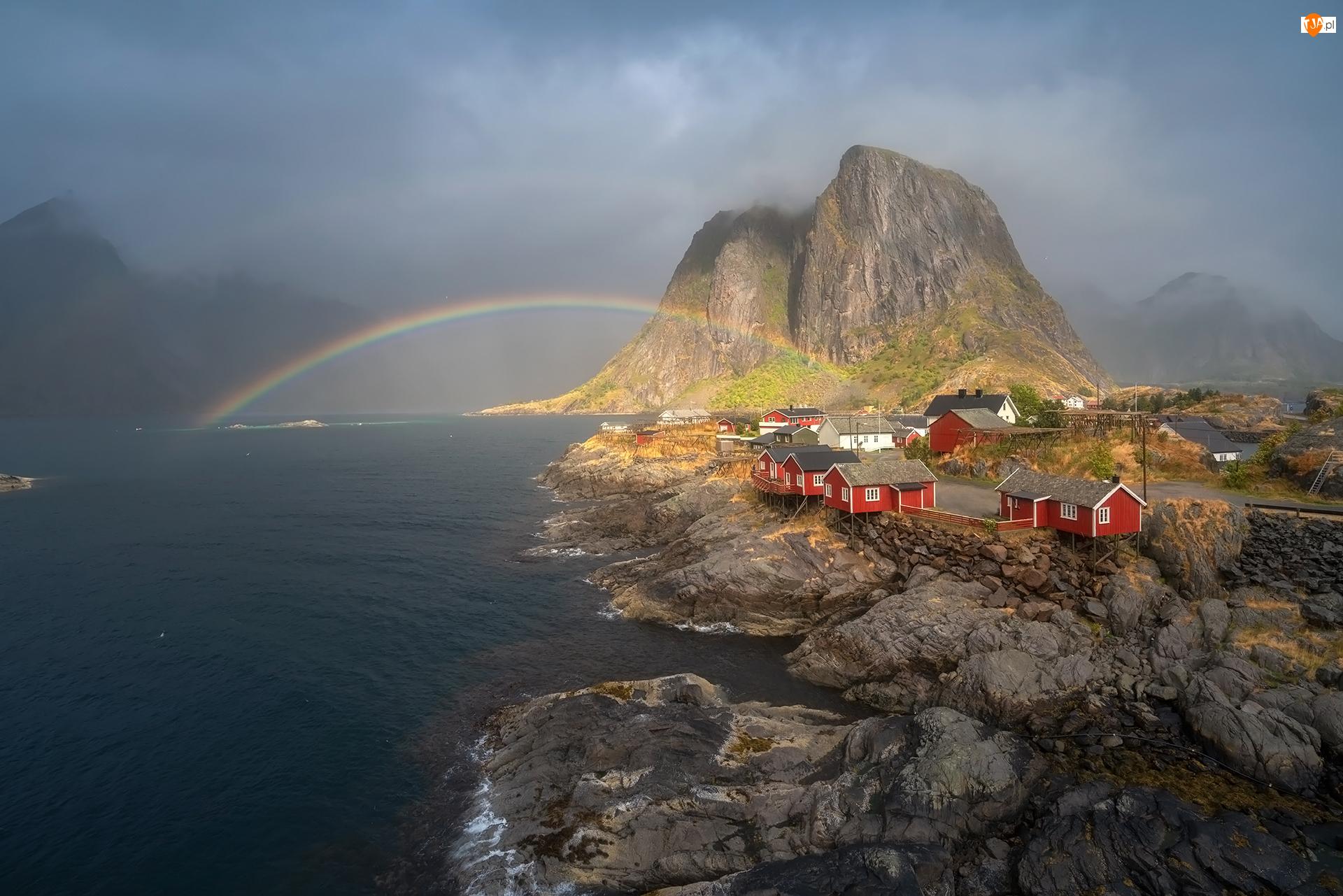 Góra Higravstinden, Norwegia, Morze, Wioska Hamnoy, Lofoty, Góry, Tęcza, Domy
