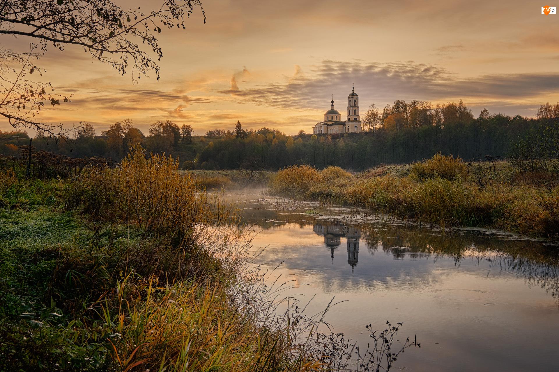 Wieś Glukhovo, Wschód słońca, Drzewa, Obwód włodzimierski, Jesień, Rzeka Vorsha, Rosja, Cerkiew św. Eilasza
