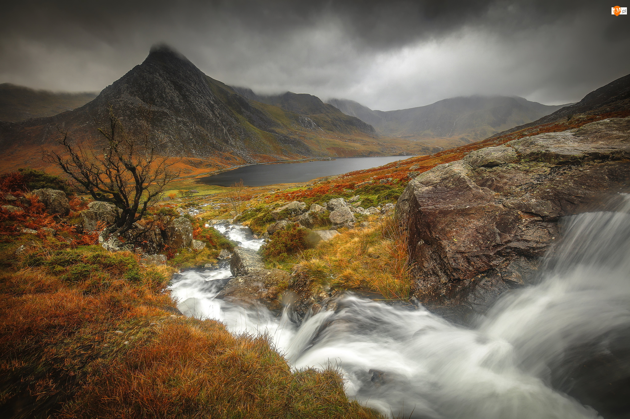 Jesień, Skały, Roślinność, Dolina, Szczyt Tryfan, Chmury, Rzeka, Góry, Park Narodowy Snowdonia, Jezioro Ogwen, Walia