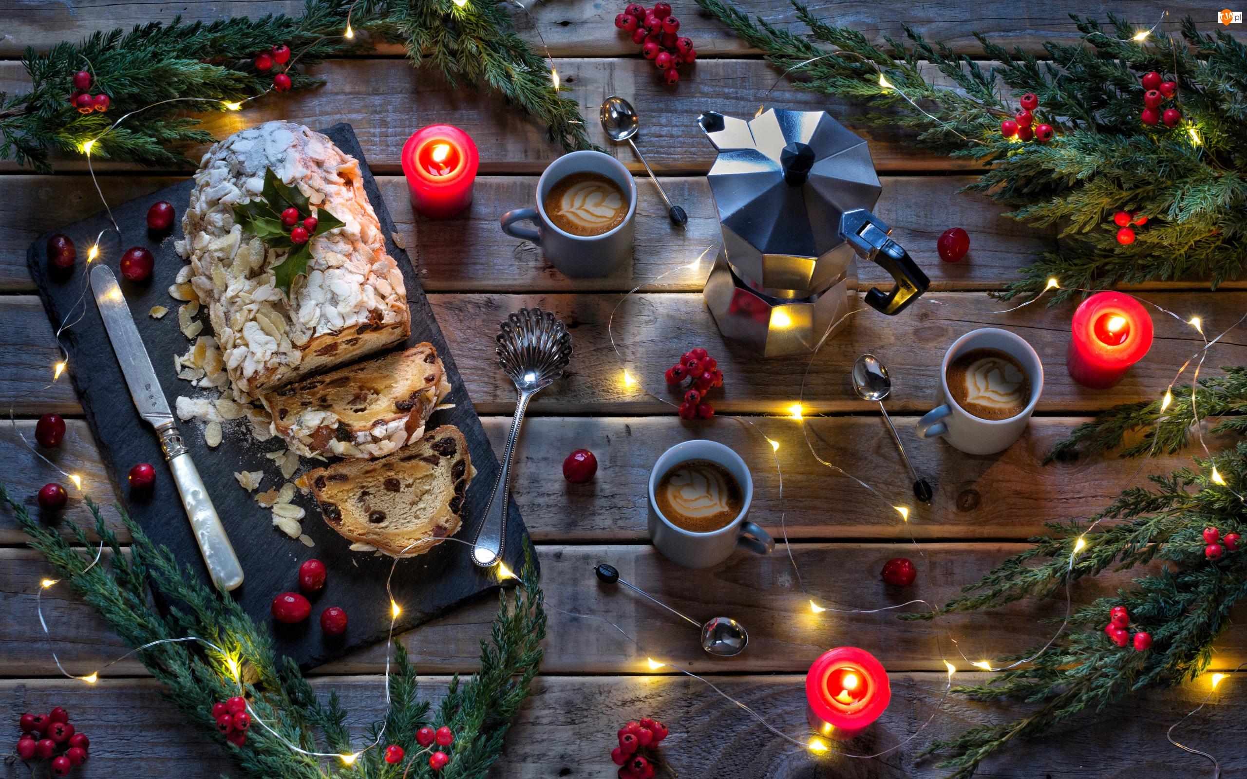 Kubki, Kawa, Deski, Kompozycja, Nóż, Boże Narodzenie, Światełka, Gałązki, Ciasto, Świeczki, Jagody, Łyżeczki