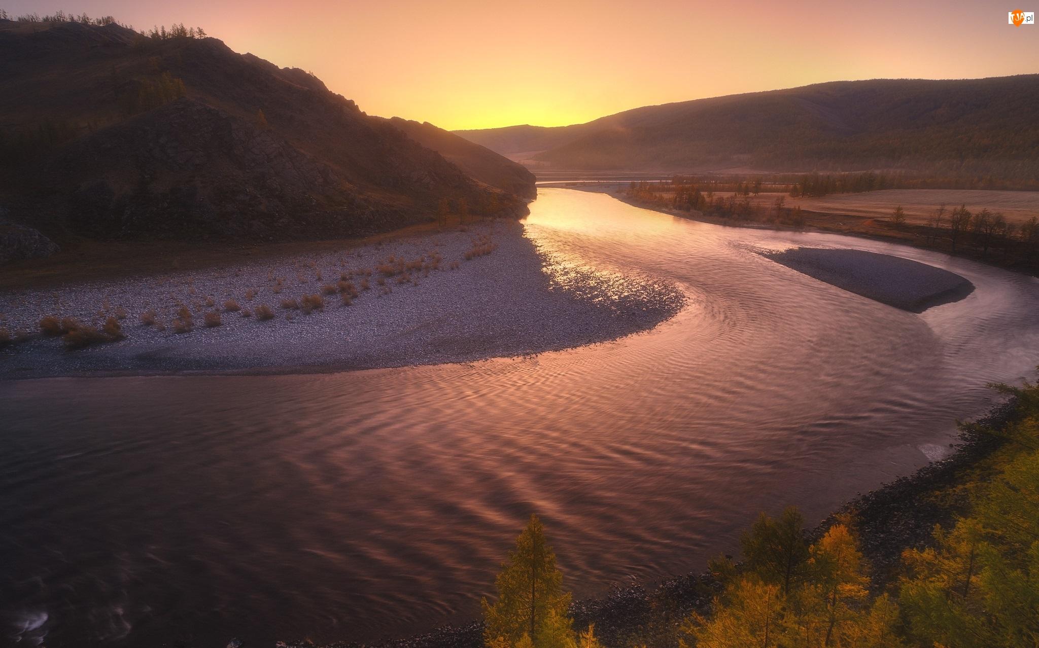 Rzeka, Zachód słońca, Zakole, Góry, Drzewa