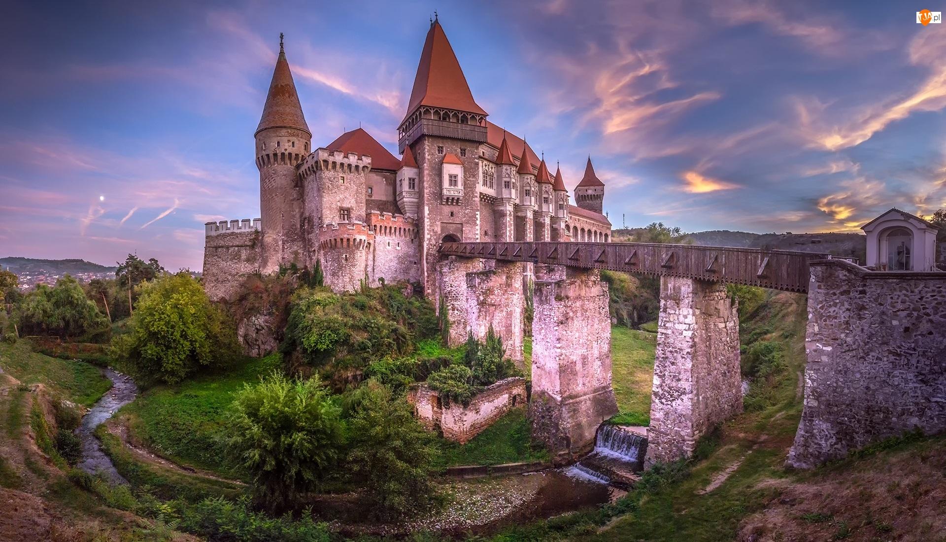 Zachód słońca, Rzeka Cerna, Most, Zamek Korwina, Wyżyna Transylwańska, Rumunia, Hunedoara, Transylwania, Zamek w Hunedoarze, Drzewa