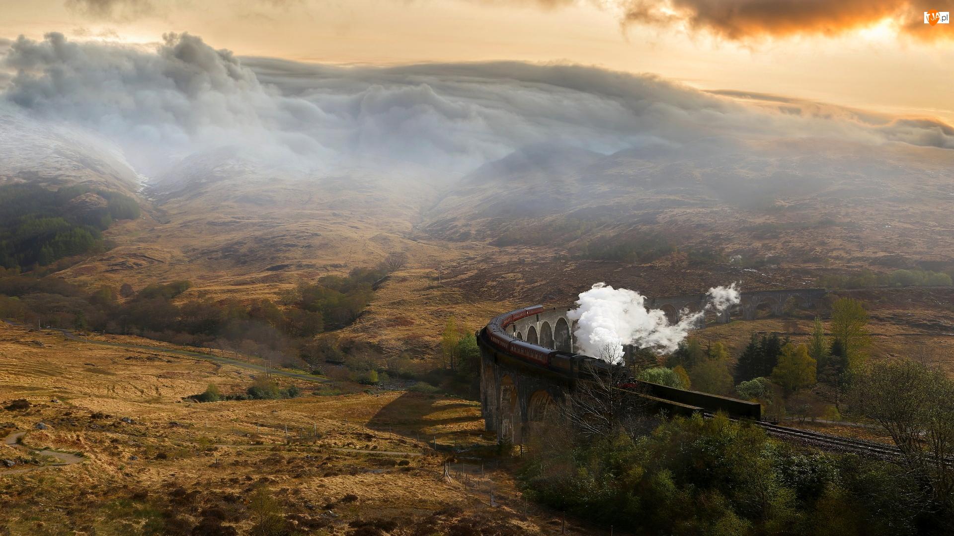 Pociąg parowy, Tory, Chmury, Szkocja, Wzgórza, Wiadukt Glenfinnan, Most