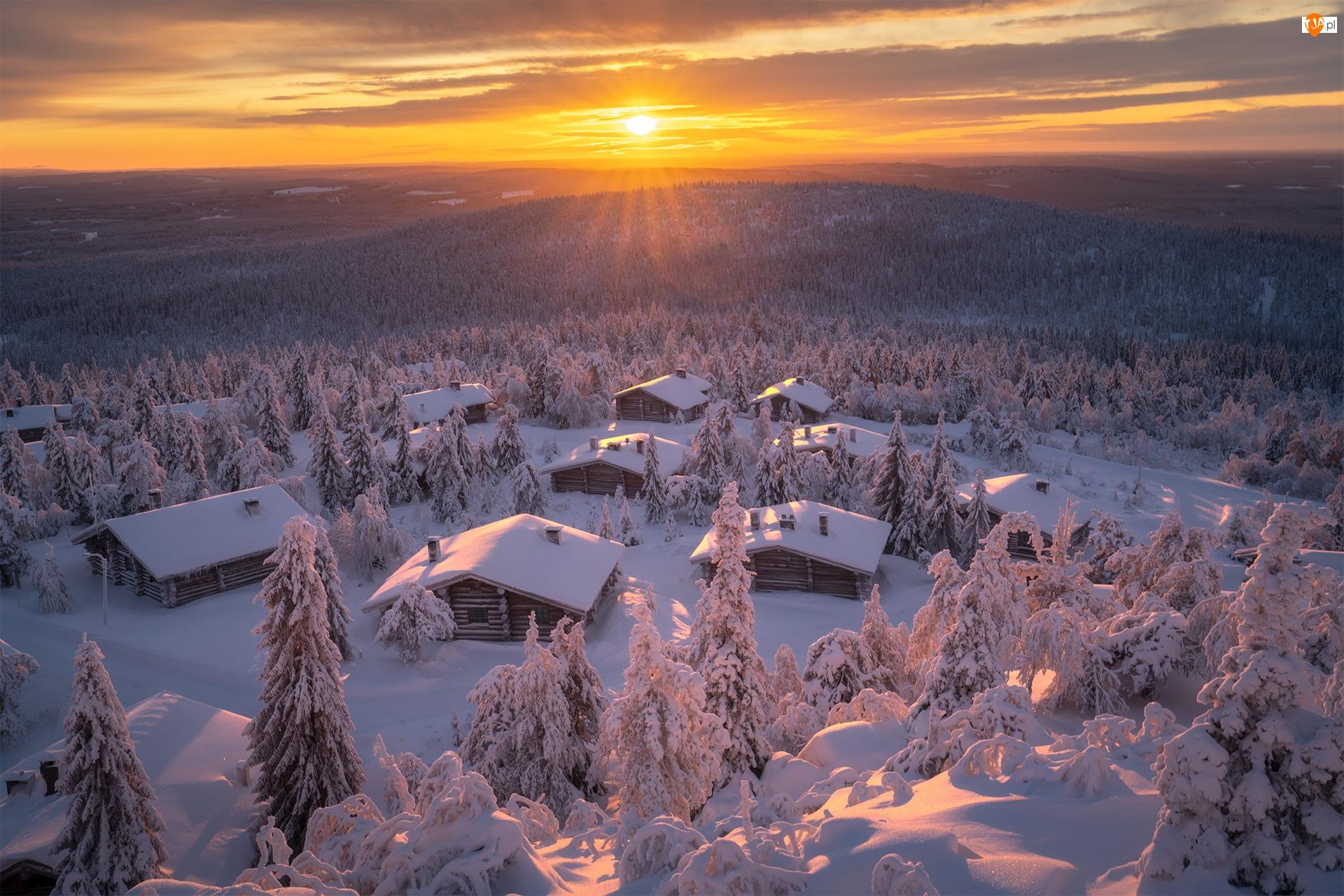 Domki, Zima, Ośnieżone, Zachód słońca, Góry, Drzewa, Finlandia, Lasy
