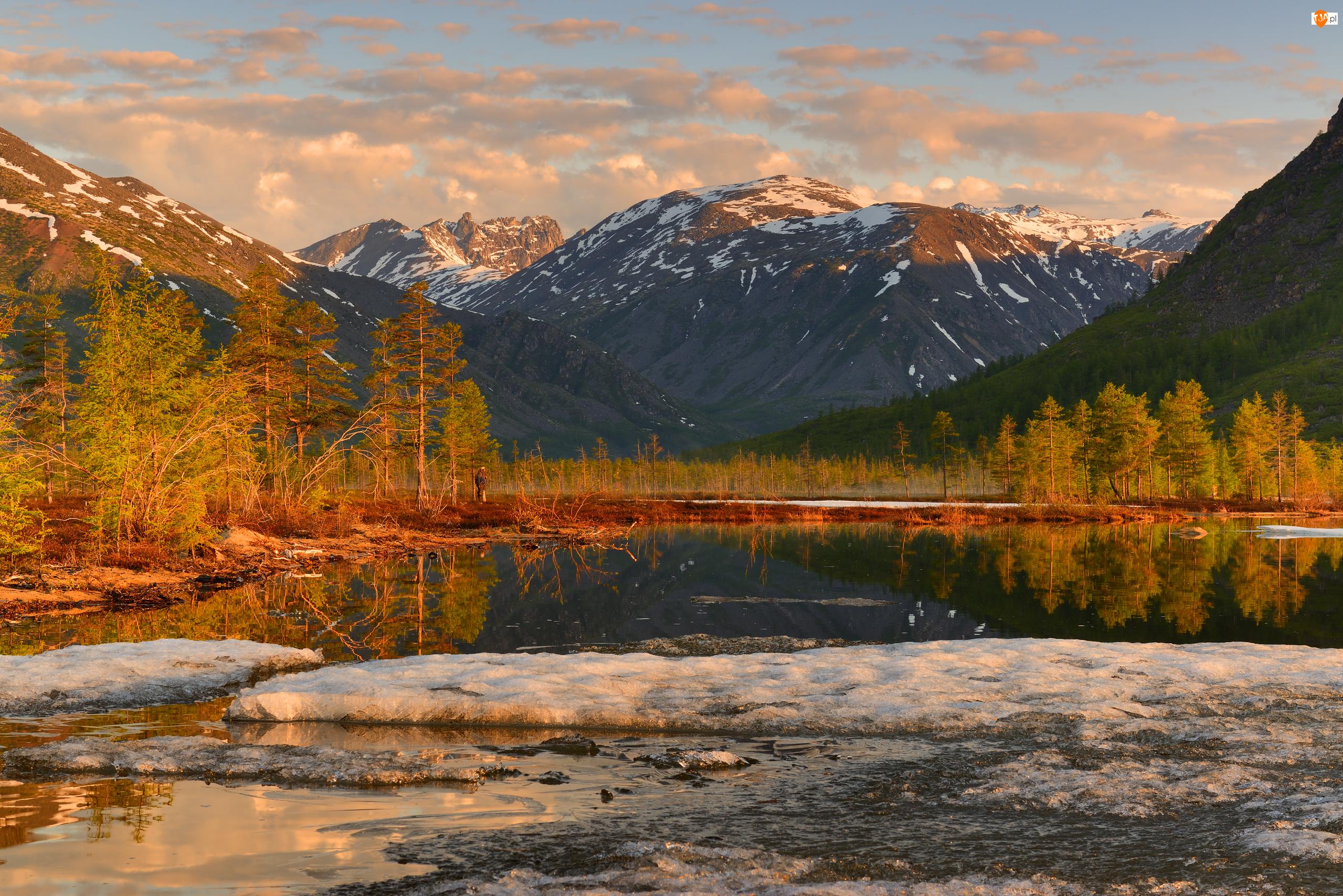 Rosja, Jezioro Jack London, Obwód magadański, Śnieg, Kołyma, Góry Kołymskie, Drzewa, Jesień, Chmury