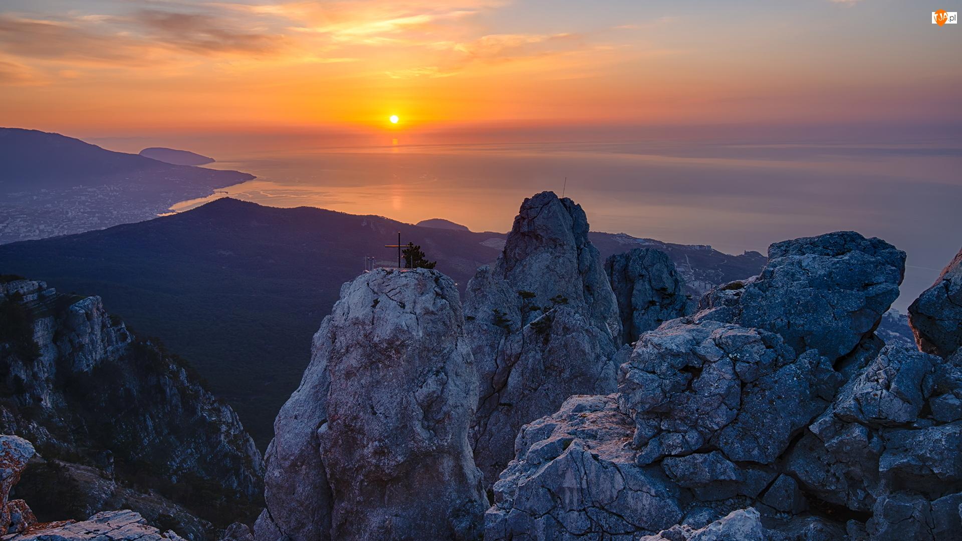 Zachód słońca, Krym, Szczyty Aj-Petri, Góry Krymskie, Morze