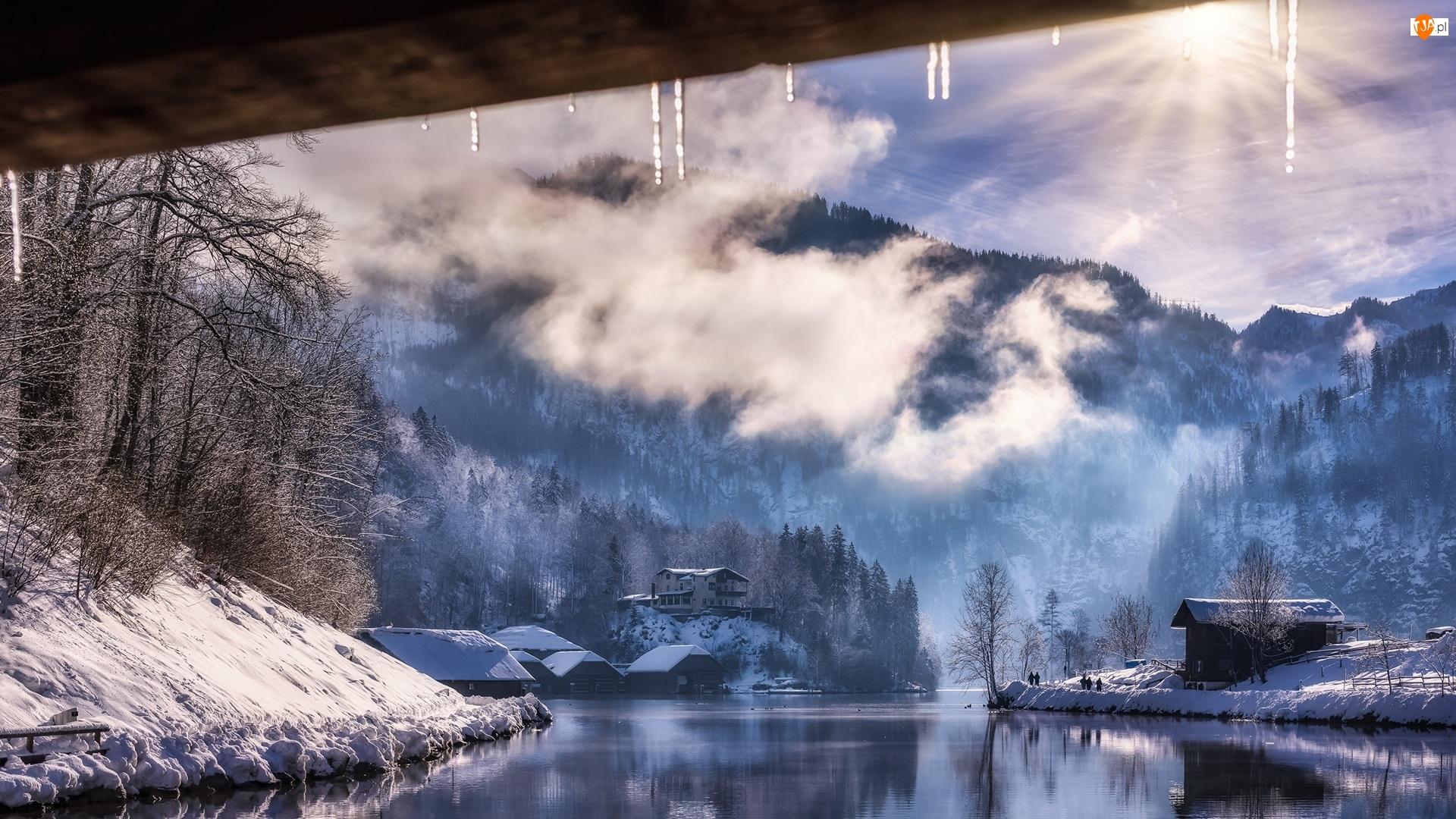 Góry, Park Narodowy Berchtesgaden, Mgła, Las, Bawaria, Chmury, Jezioro Konigssee, Niemcy, Domy, Zima, Promienie słońca