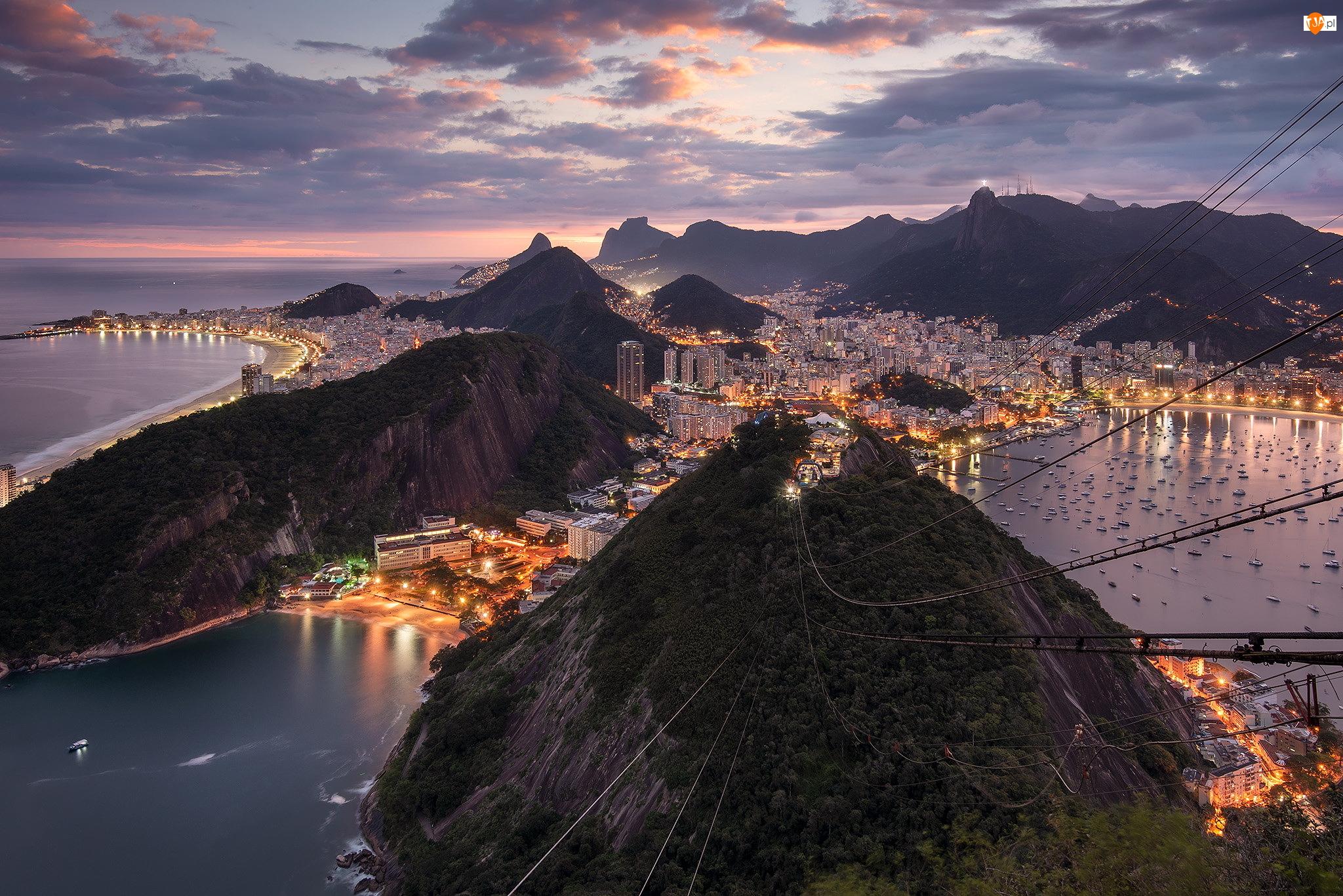 Chmury, Domy, Światła, Góry, Rio de Janeiro, Brazylia, Zatoka Guanabara, Morze, Statki, Zachód słońca