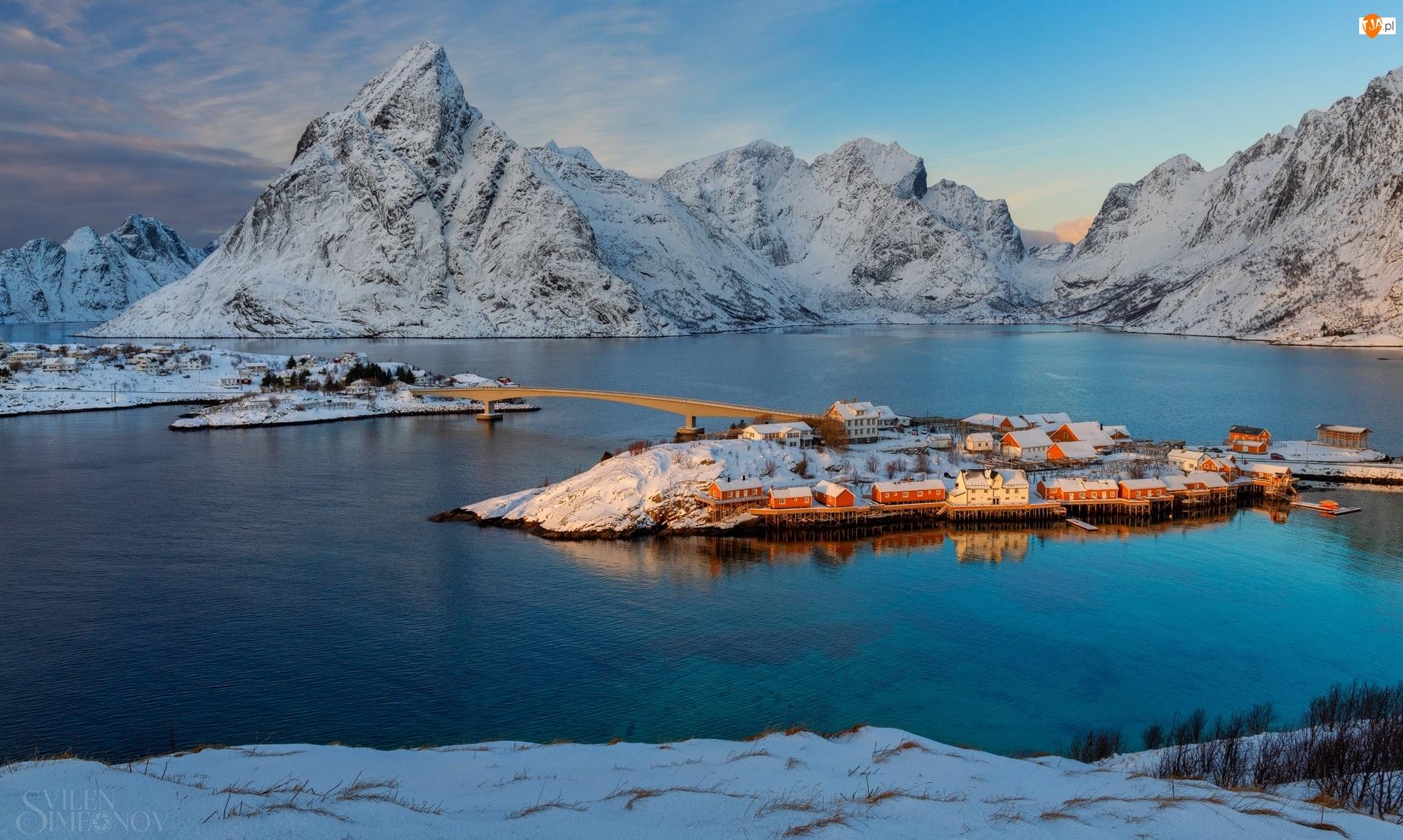 Lofoty, Morze, Domy, Norwegia, Wioska Hamnoy, Góry, Ośnieżone