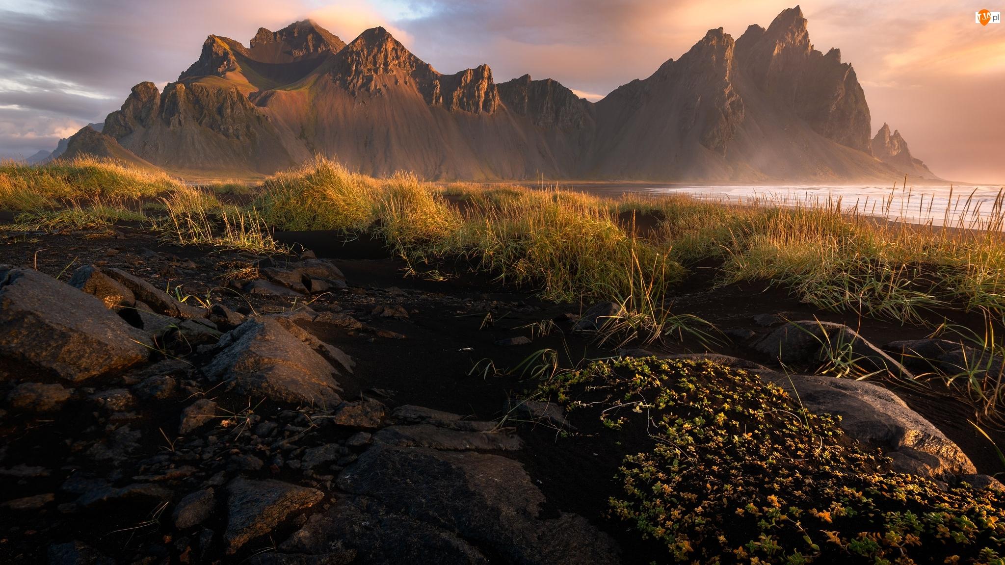 Skały, Wschód słońca, Islandia, Kamienie, Góra, Morze, Trawa, Vestrahorn