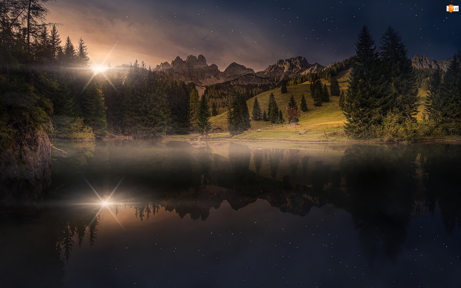 Austria, Jezioro Almsee, Odbicie, Gwiazdy, Północne Alpy Wapienne, Góry Gosaukamm, Zmierzch, Drzewa, Promienie słońca, Filzmoos