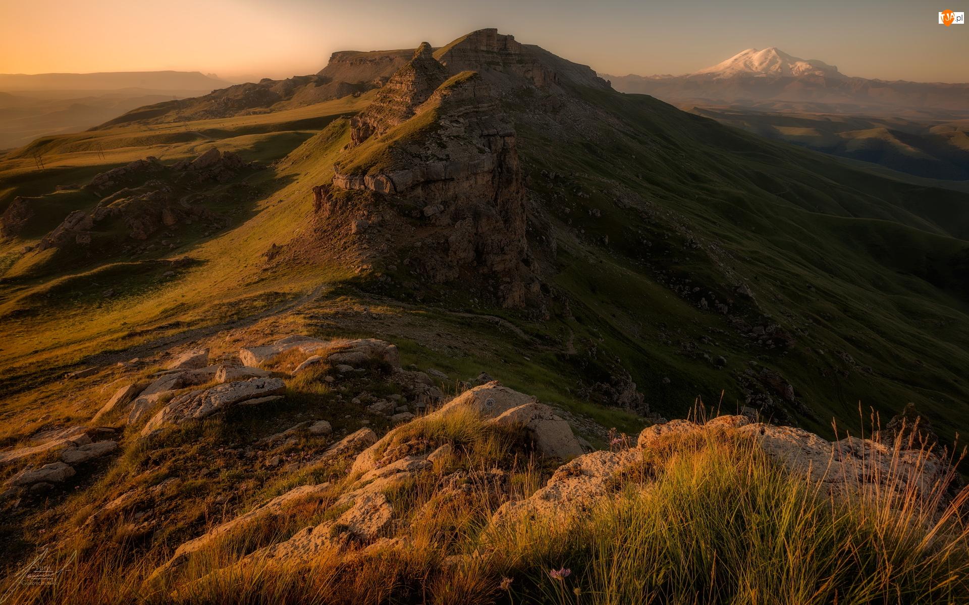 Trawa, Góry, Skały